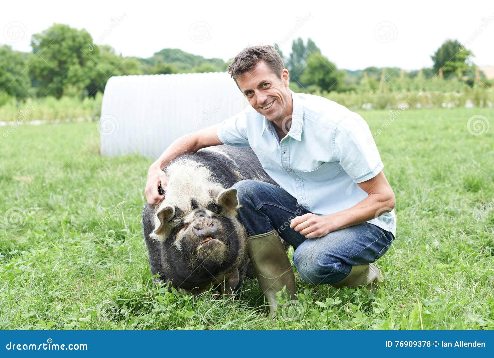 Portret rolnik W polu Z świnią