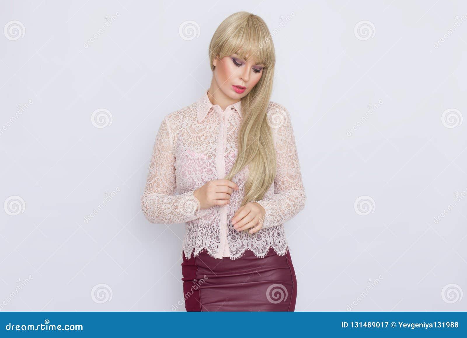 Portret romantyczna blondynki kobieta w różowej bluzce i zmroku - czerwieni spódnica