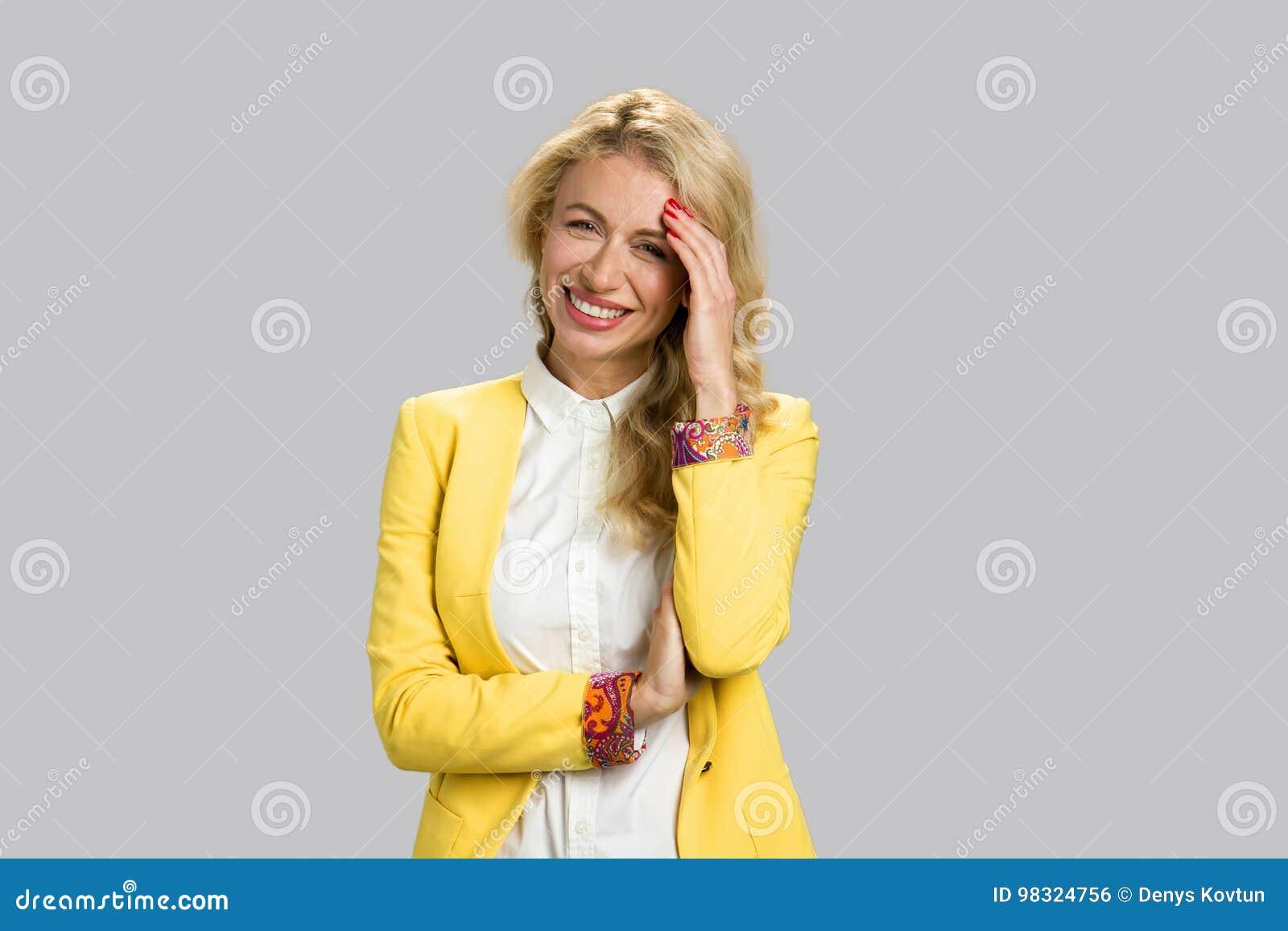 Portret rozochocona młoda biznesowa kobieta