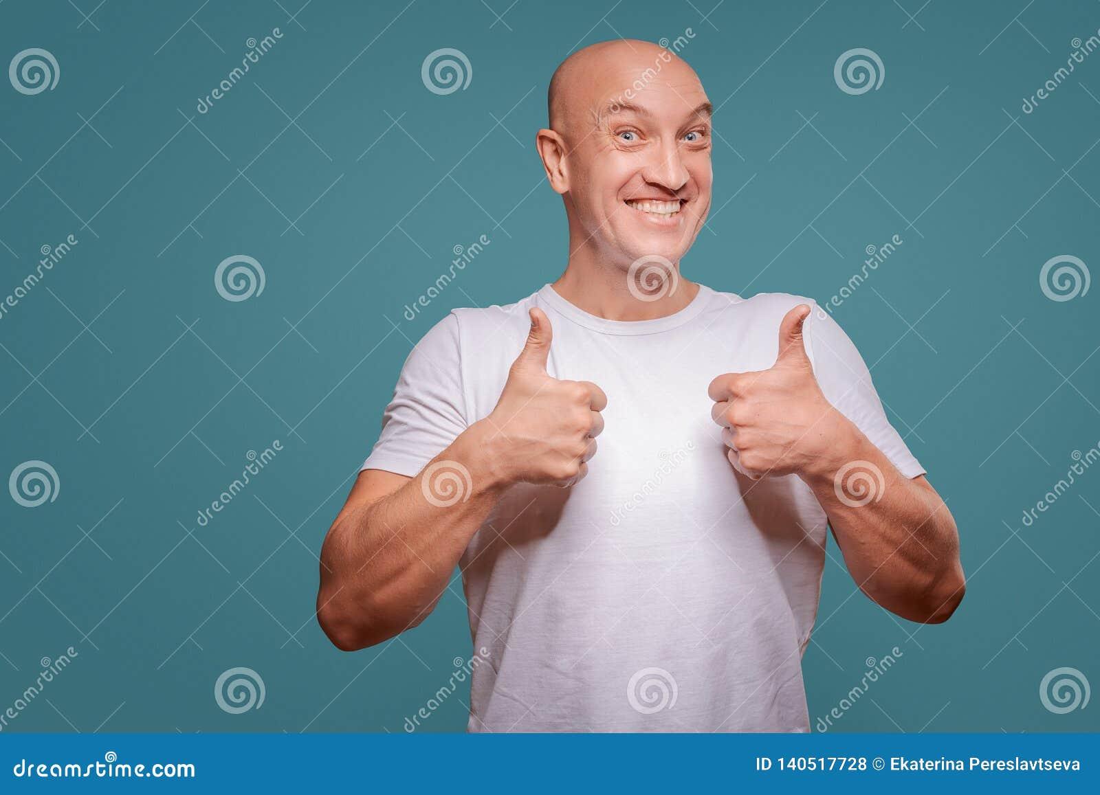 Portret rozochocony mężczyzny seansu ok gest odizolowywający na błękitnym tle