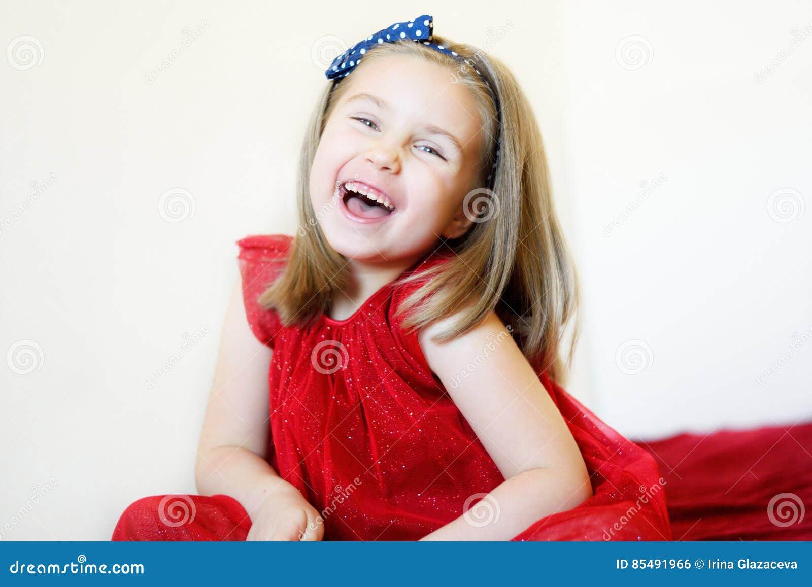Portret słodka roześmiana preschool dziewczyna