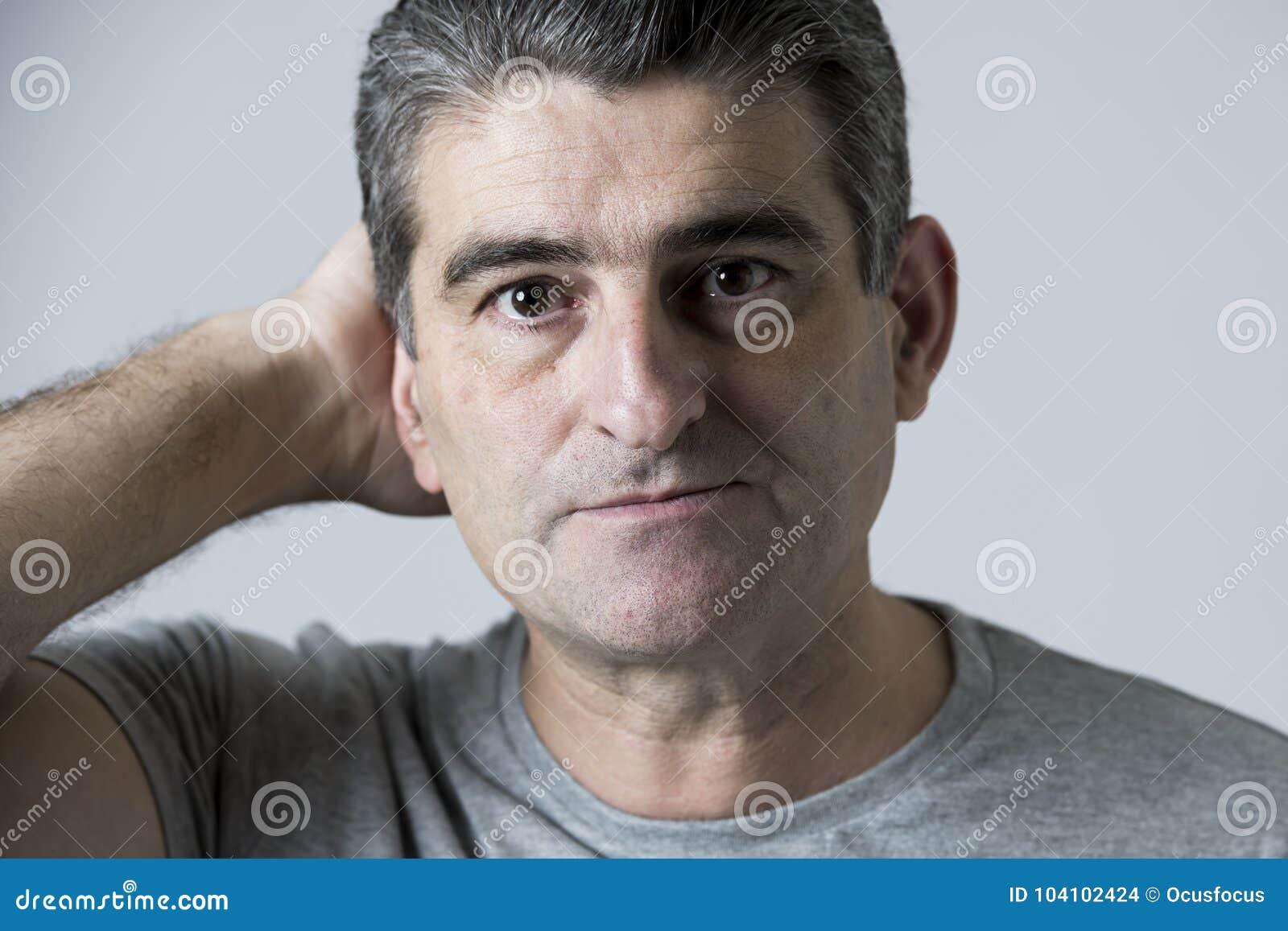 Portret 40s 50s smutny i zmartwiony mężczyzna patrzeje udaremniający i beznadziejny w twarzy wyrażeniu odizolowywającym stresu i