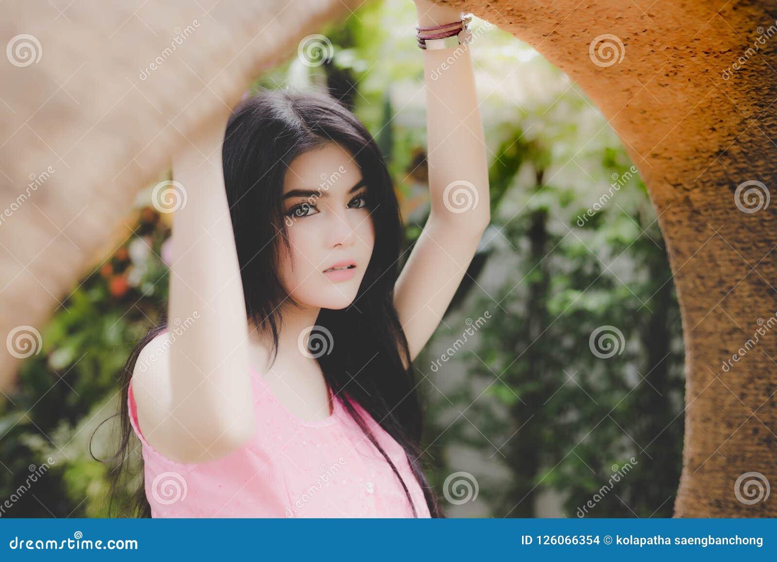 Portret schitterende vrouw Het charmeren van mooie vrouw heeft aantrekkelijk
