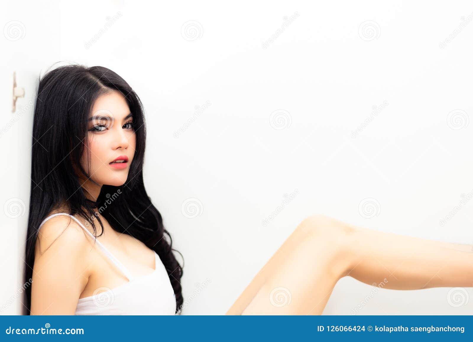Portret schitterende vrouw Het charmeren van mooie vrouw zit in wardro