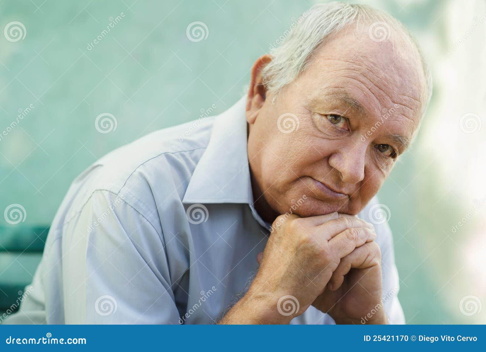 Portret smutny łysy starszy mężczyzna target691_0_ przy kamerę