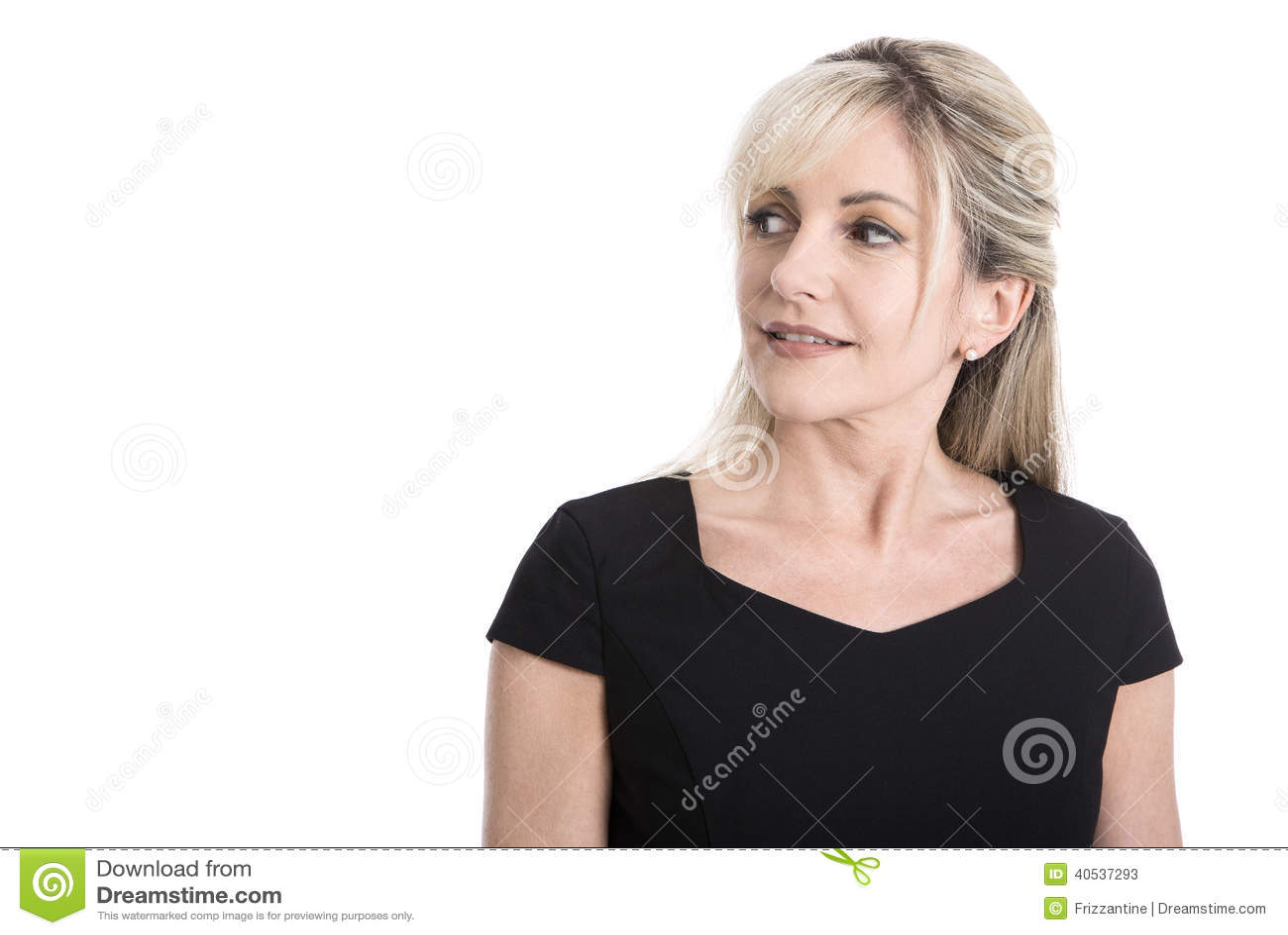 Portret stara odosobniona biznesowa kobieta w czarnym przyglądającym sid