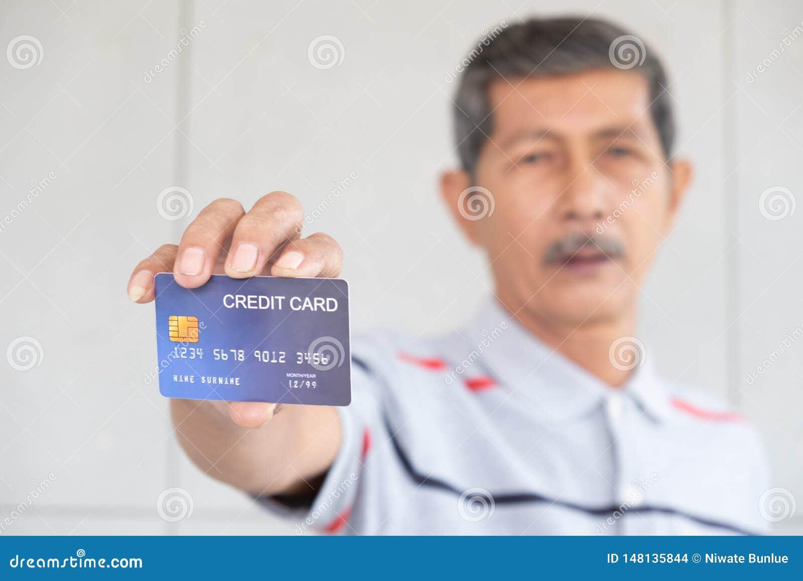 Portret starszy biznesowi mężczyźni i przedstawienie karta kredytowa