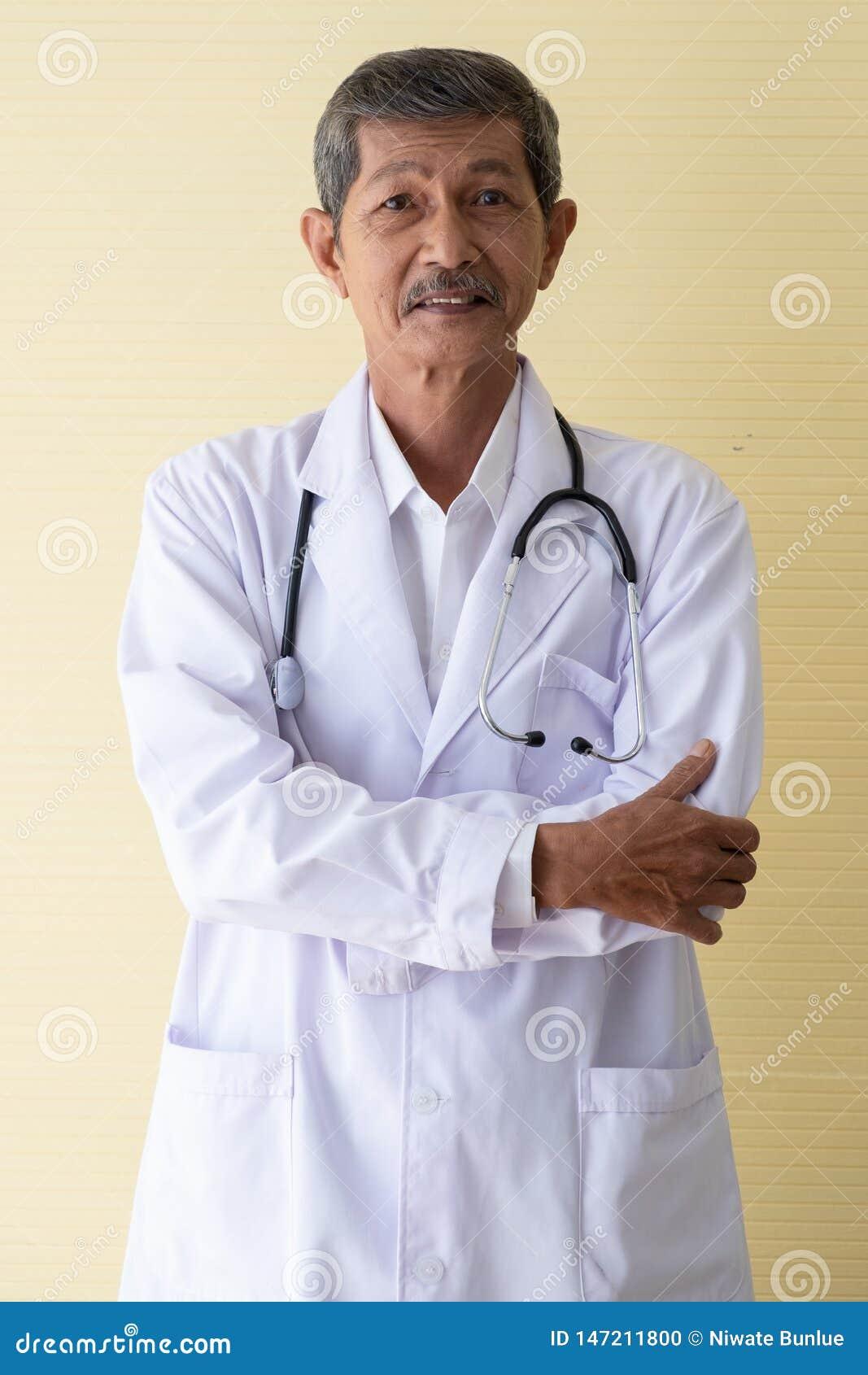 Portret starszy doktorski ono u?miecha si?