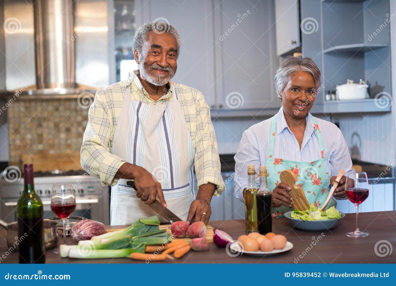Portret starszy pary narządzania jedzenie w domu
