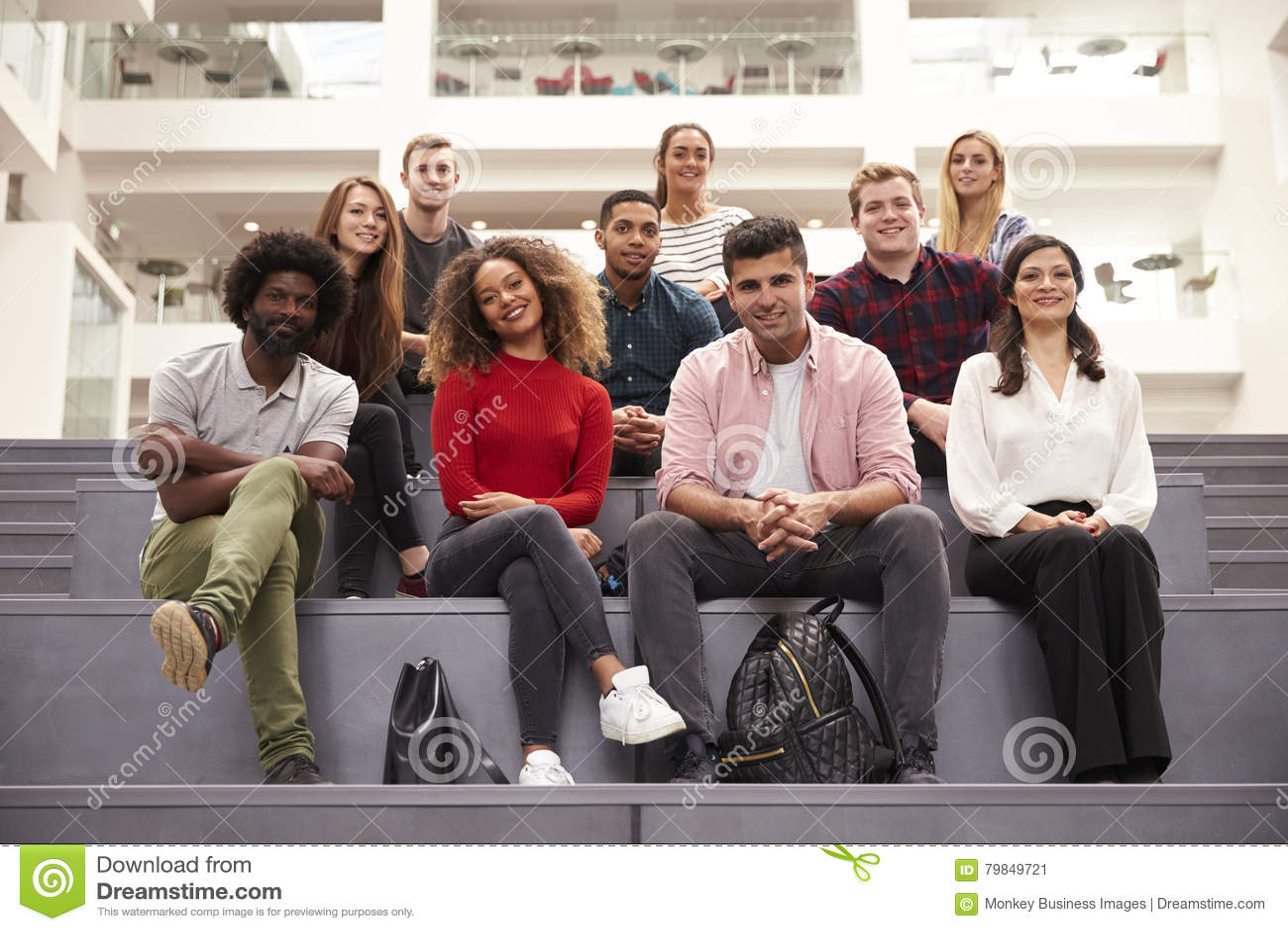 Portret Studencka grupa Na krokach kampusu budynek