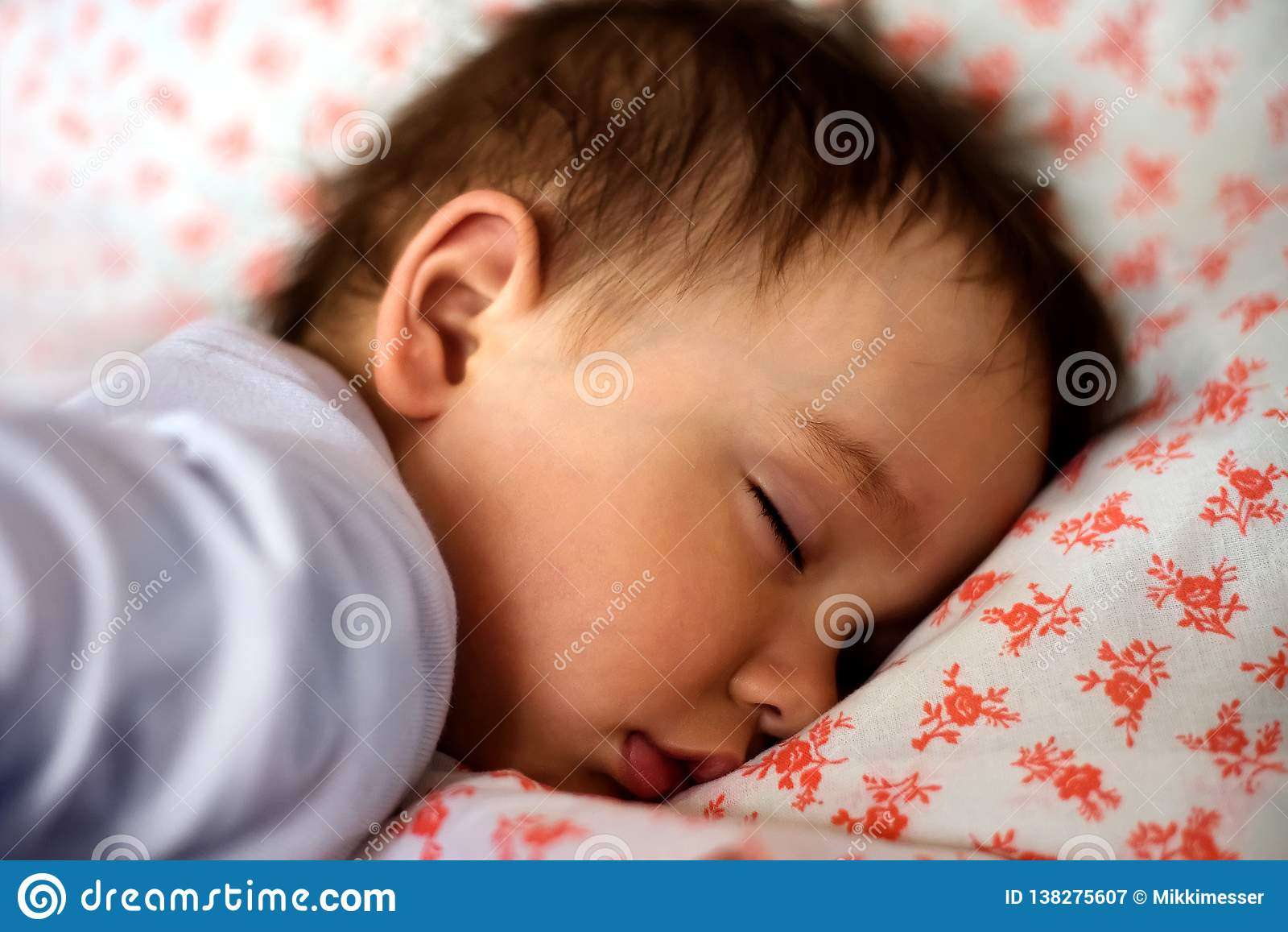 Portret sypialny mały berbecia dziecko