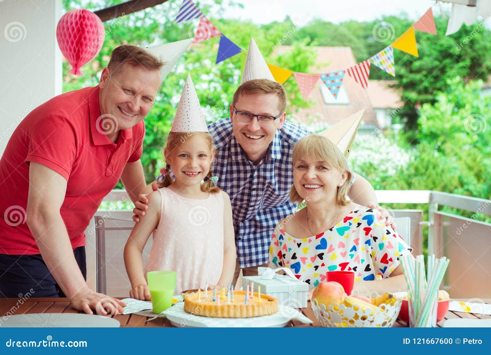 Portret szczęśliwa duża rodzina świętuje urodziny i dziadków