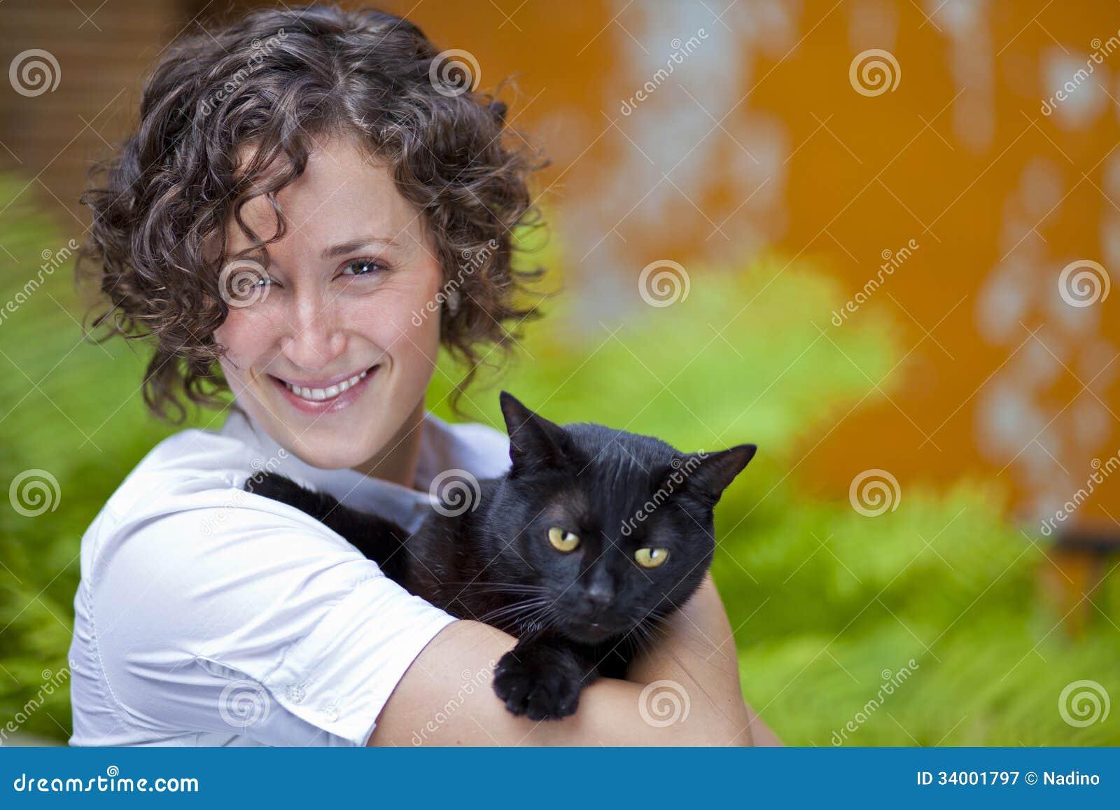 Portret szczęśliwa kobieta z jej kotem