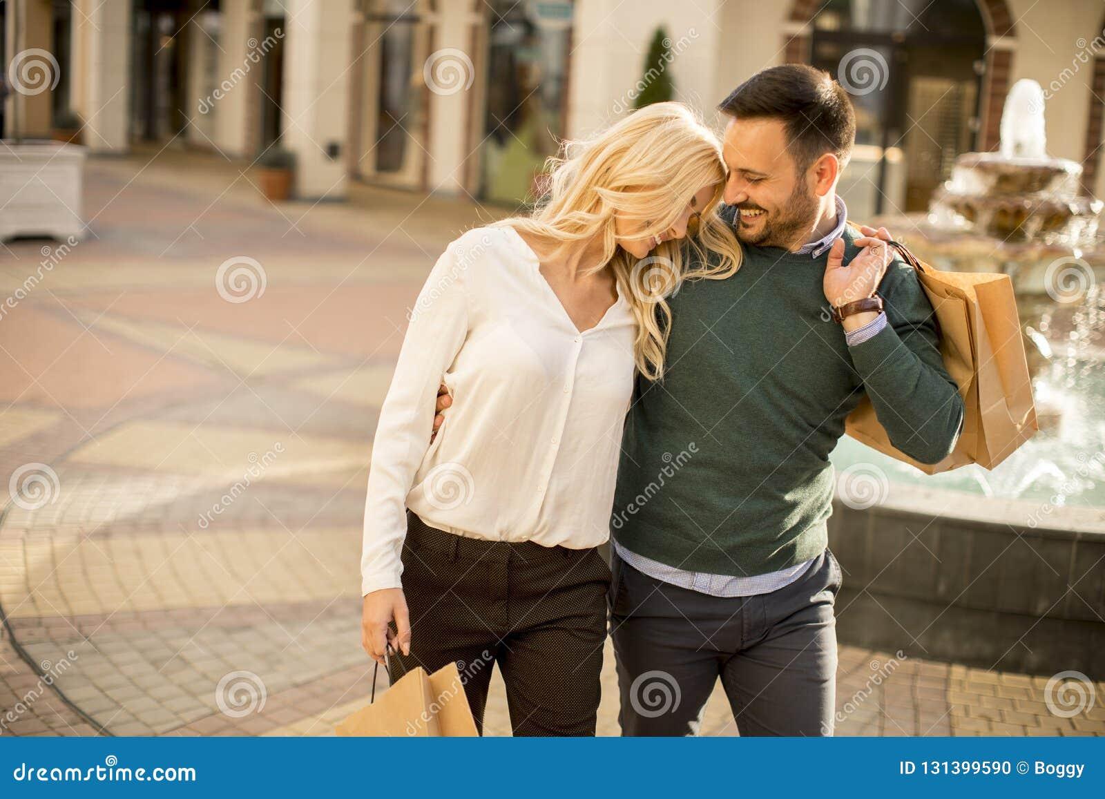 Portret szczęśliwa kochająca para z torbami na zakupy