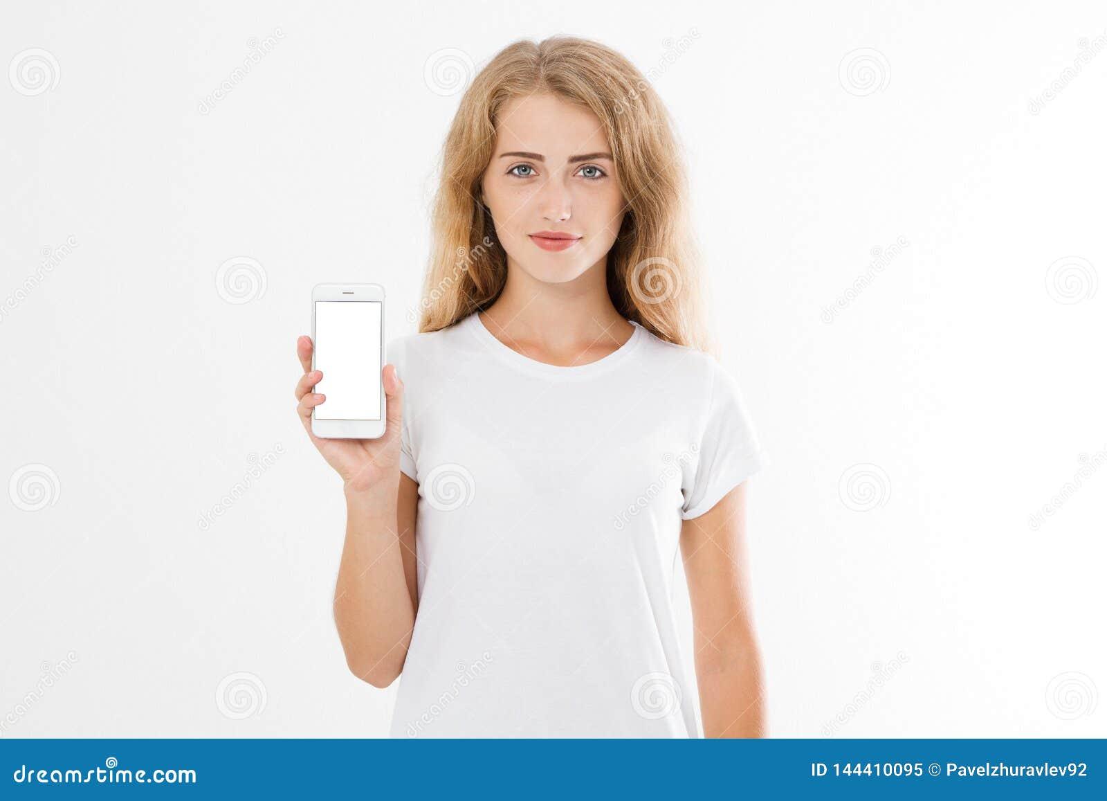 Portret szczęśliwa radosna nastoletnia dziewczyna trzyma pustego ekranu telefon komórkowego ubierał w białej koszulce