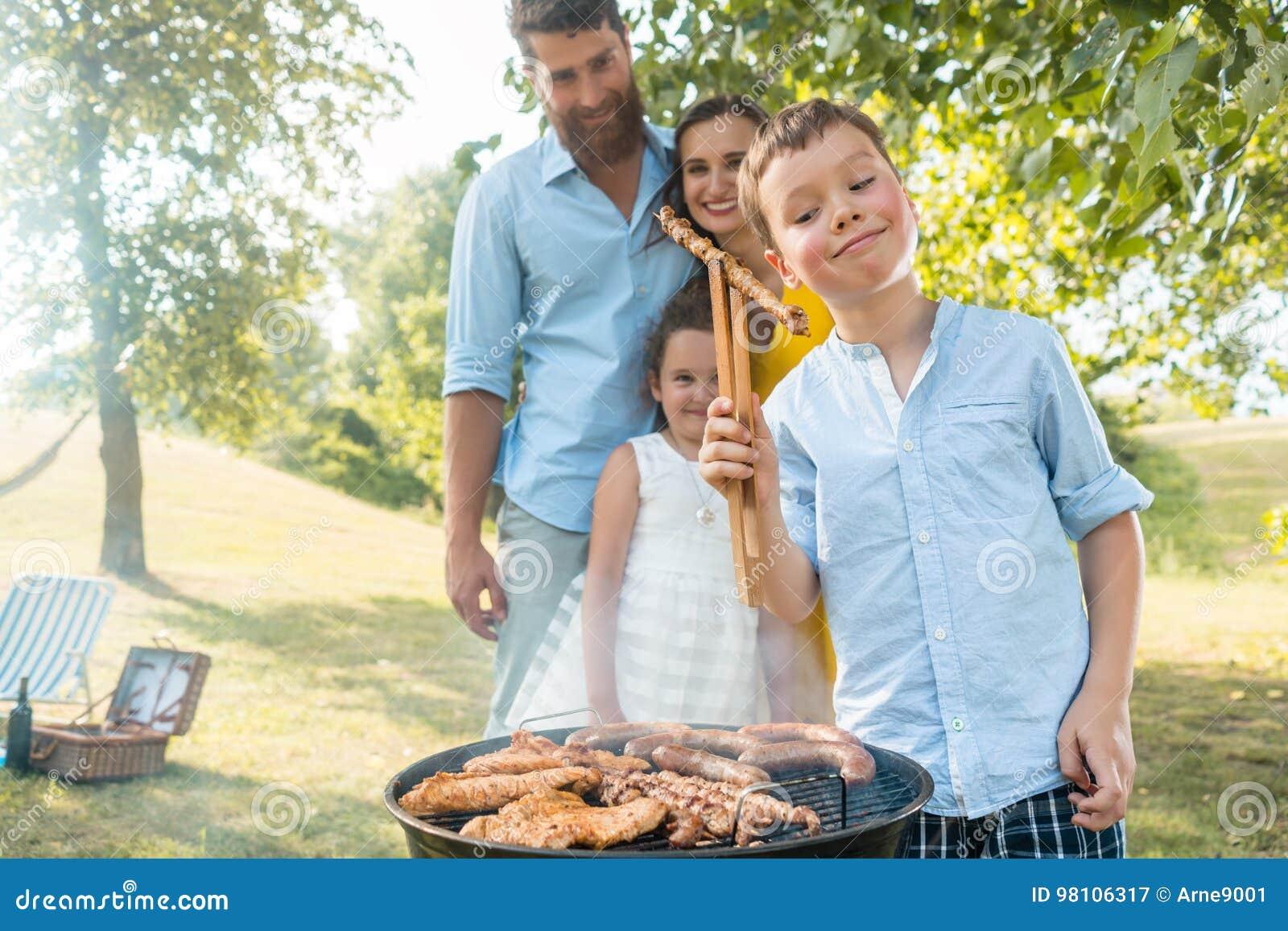 Portret szczęśliwa rodzina z dwa dziećmi stoi outdoors nea