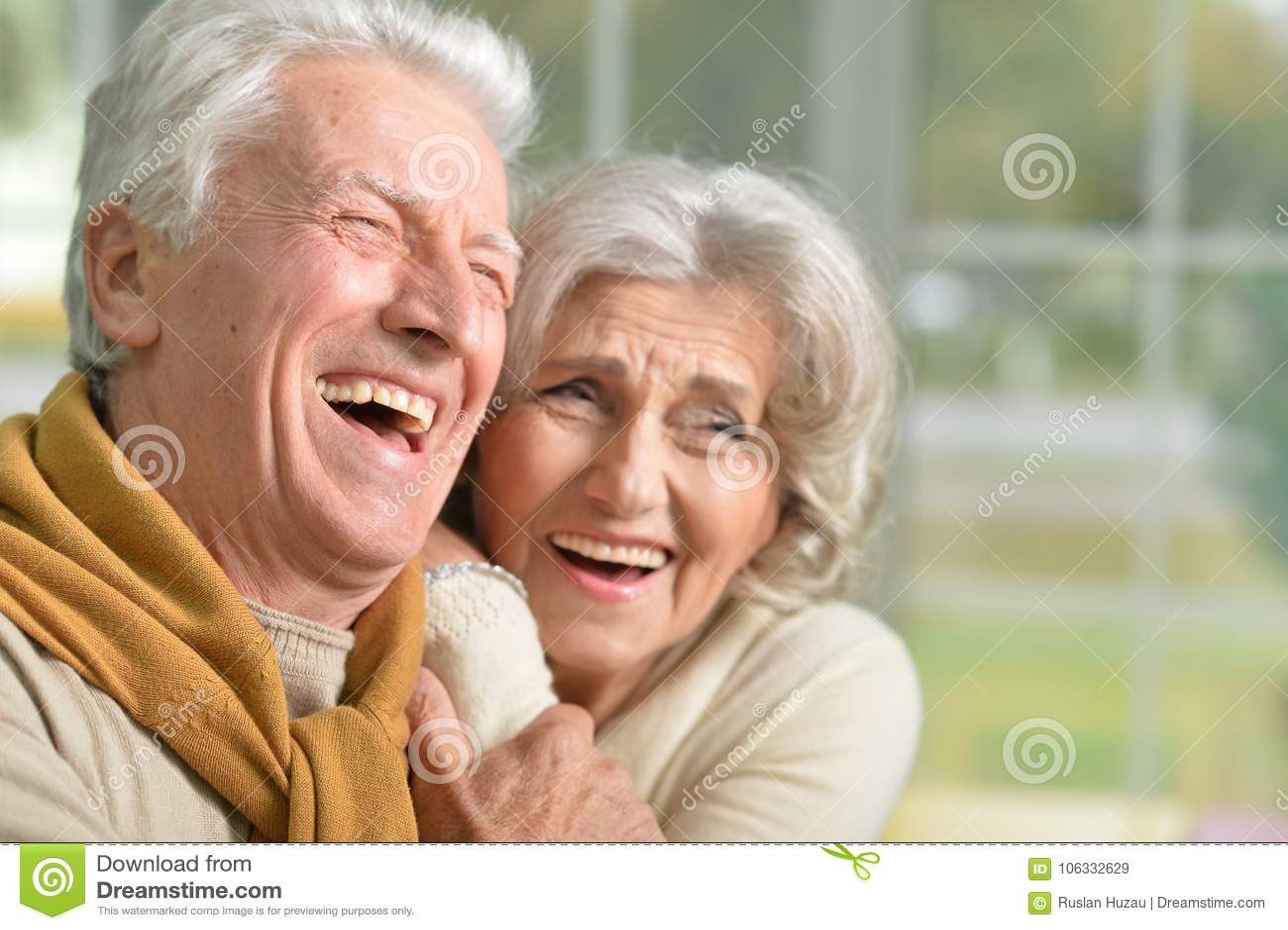Portret szczęśliwa roześmiana starsza para w domu