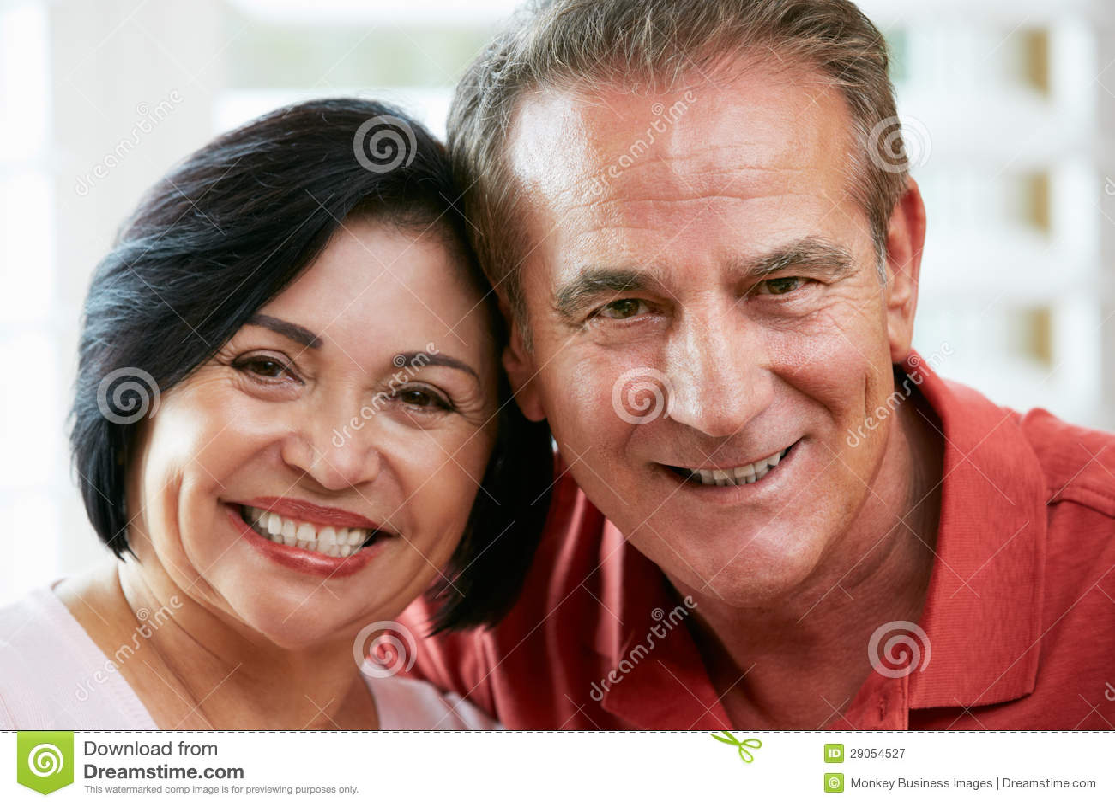Portret Szczęśliwa Starsza para W Domu