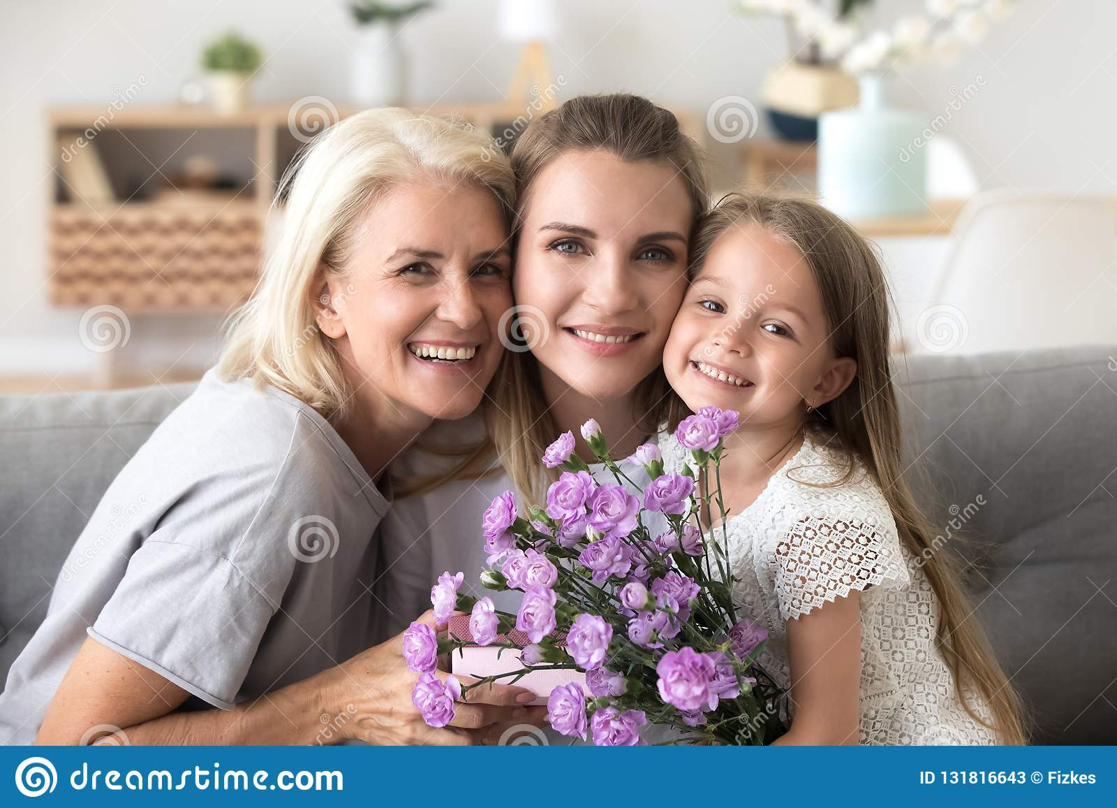 Portret szczęśliwa trzy pokolenie kobiety rodzinny świętuje bir
