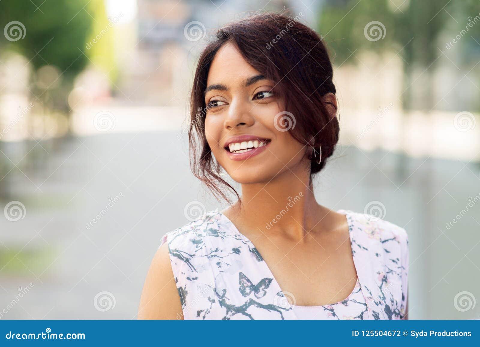 Portret szczęśliwa uśmiechnięta indyjska kobieta outdoors