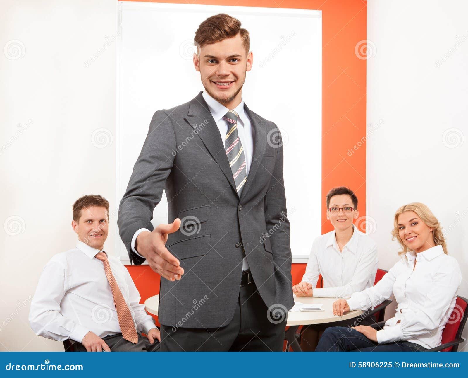 Portret szczęśliwy biznesmen ofiary uścisk dłoni i jego zespalamy się