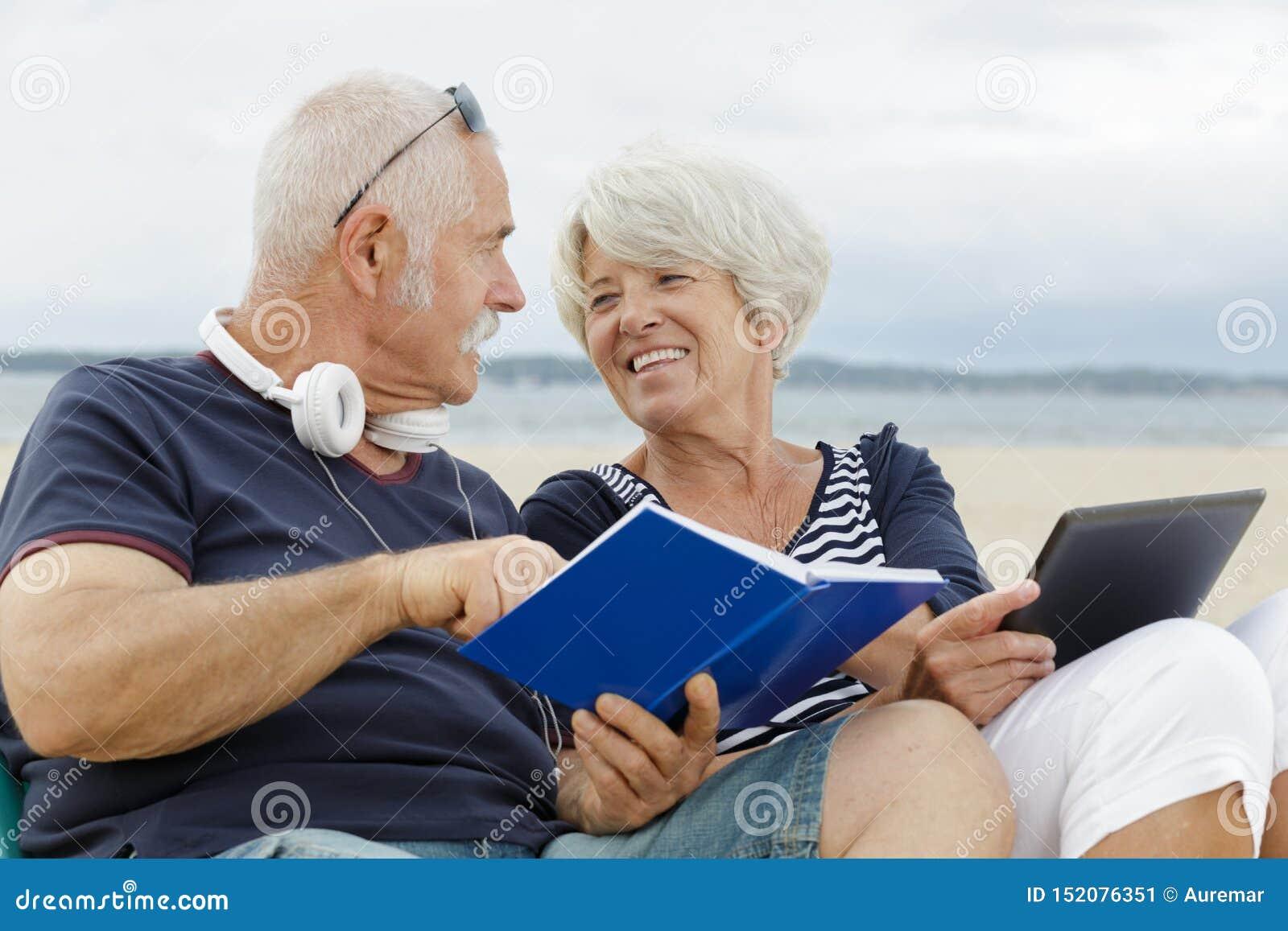 Portret szczęśliwy dorośleć pary czytelniczą książkę outdoors