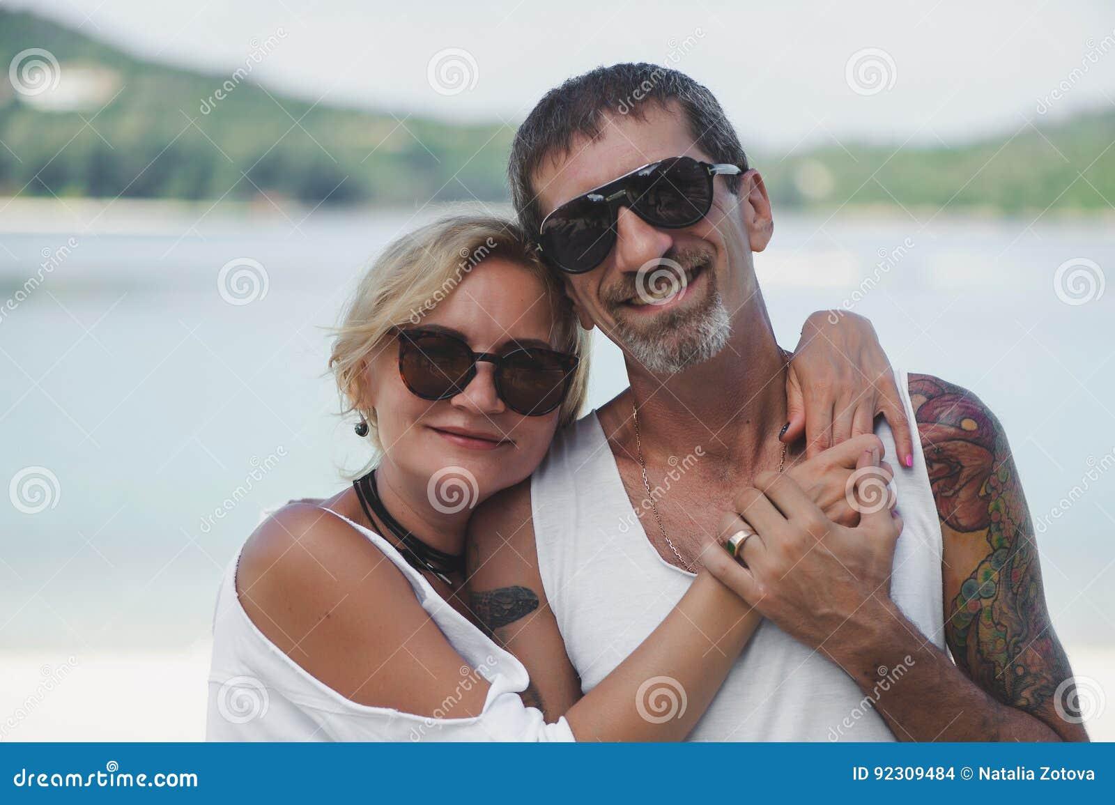 Portret szczęśliwy dorośleć pary przy plażą