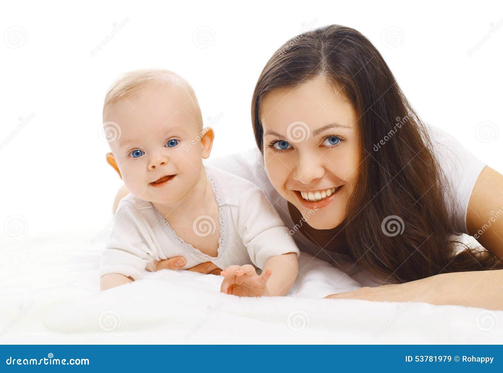 Portret szczęśliwy młody uśmiechnięty mamy i cukierki dziecko
