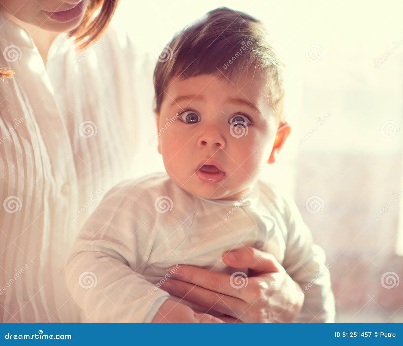Portret szczęśliwy piękny dziecko z matką