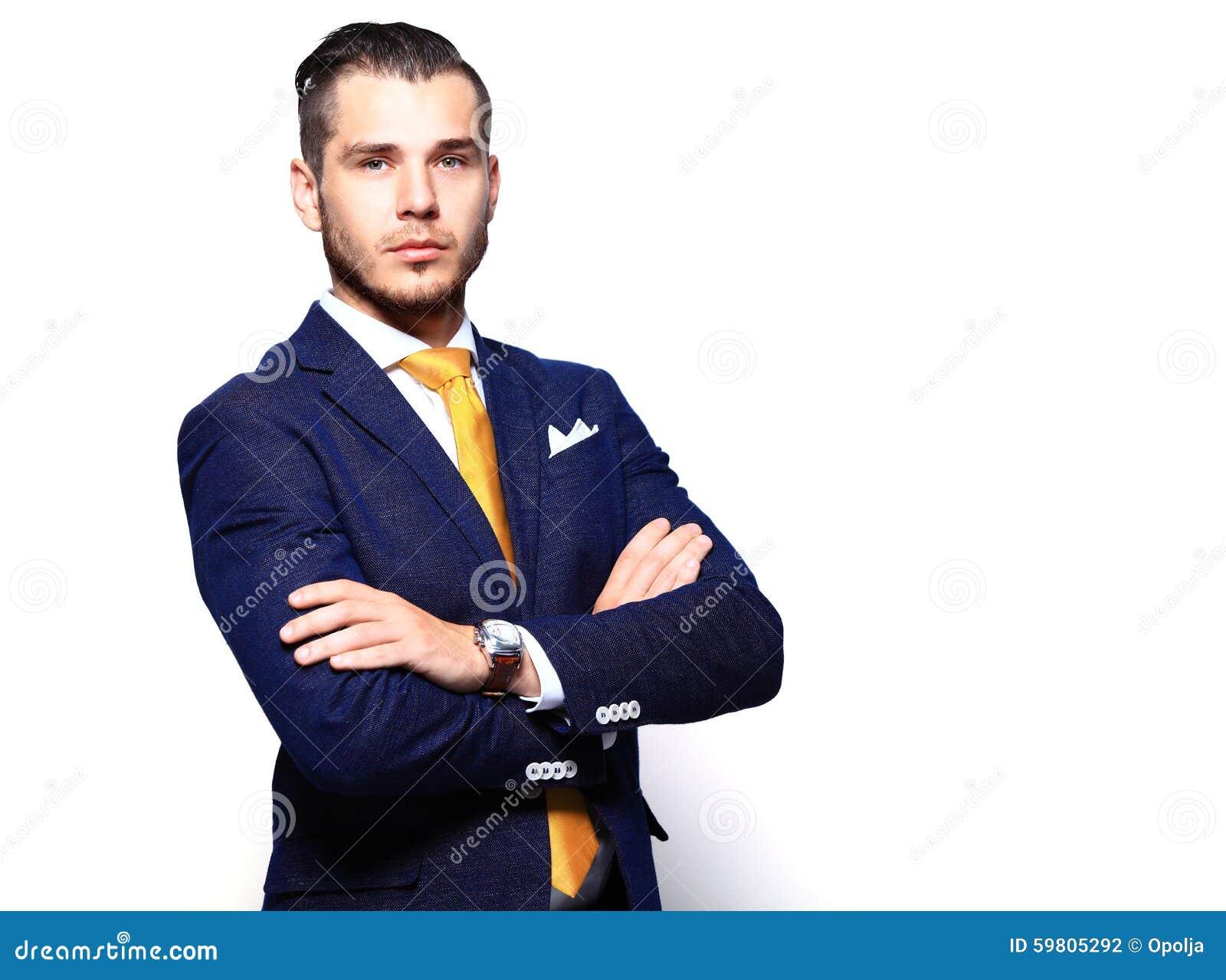 Portret szczęśliwy uśmiechnięty młody biznesmen, odizolowywający na bielu