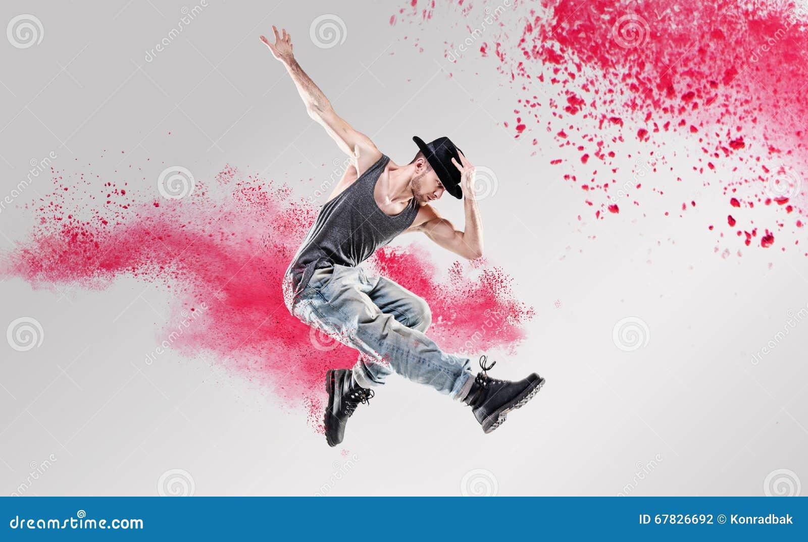 Portret tancerz excercising wśród kolorowego pyłu
