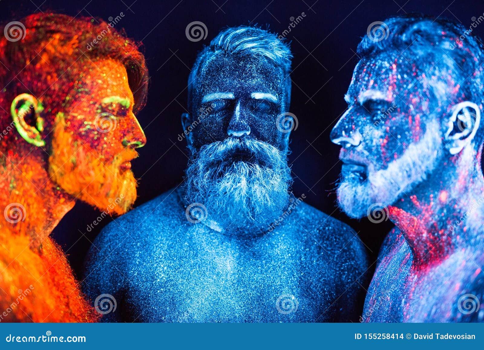 Portret trzy brodatego mężczyzny malował w fluorescencyjnych proszkach