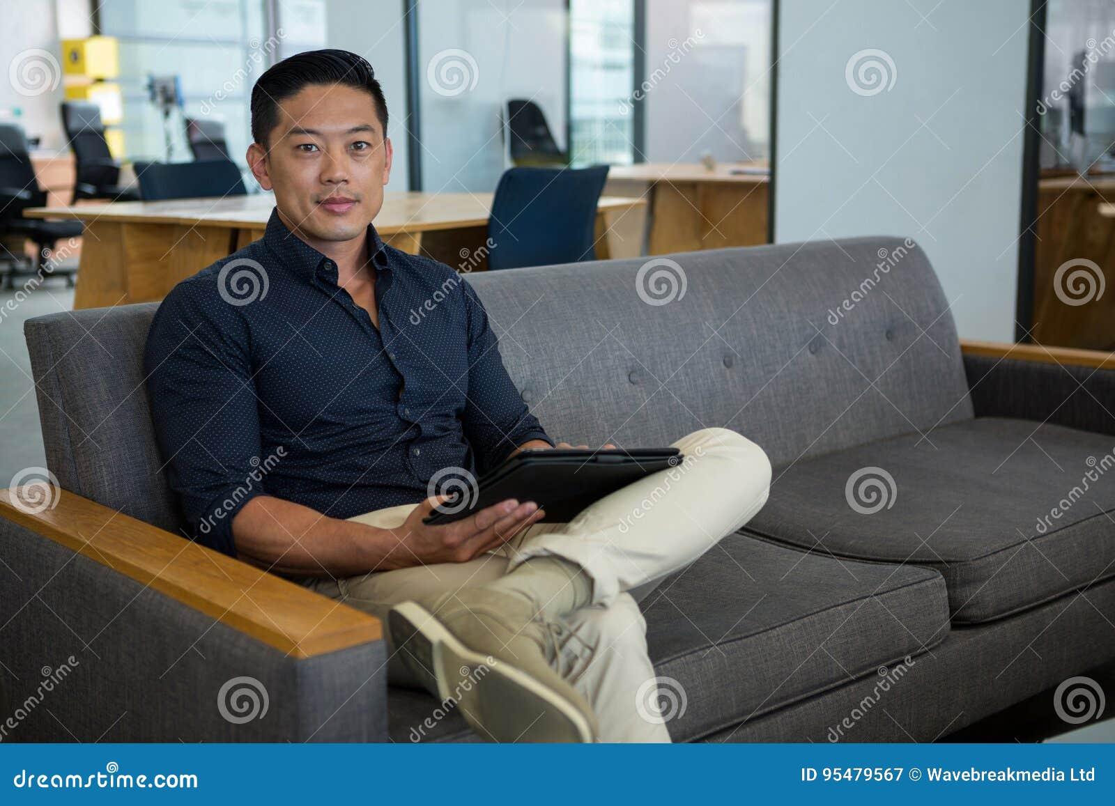 Portret trzyma cyfrową pastylkę dyrektor wykonawczy