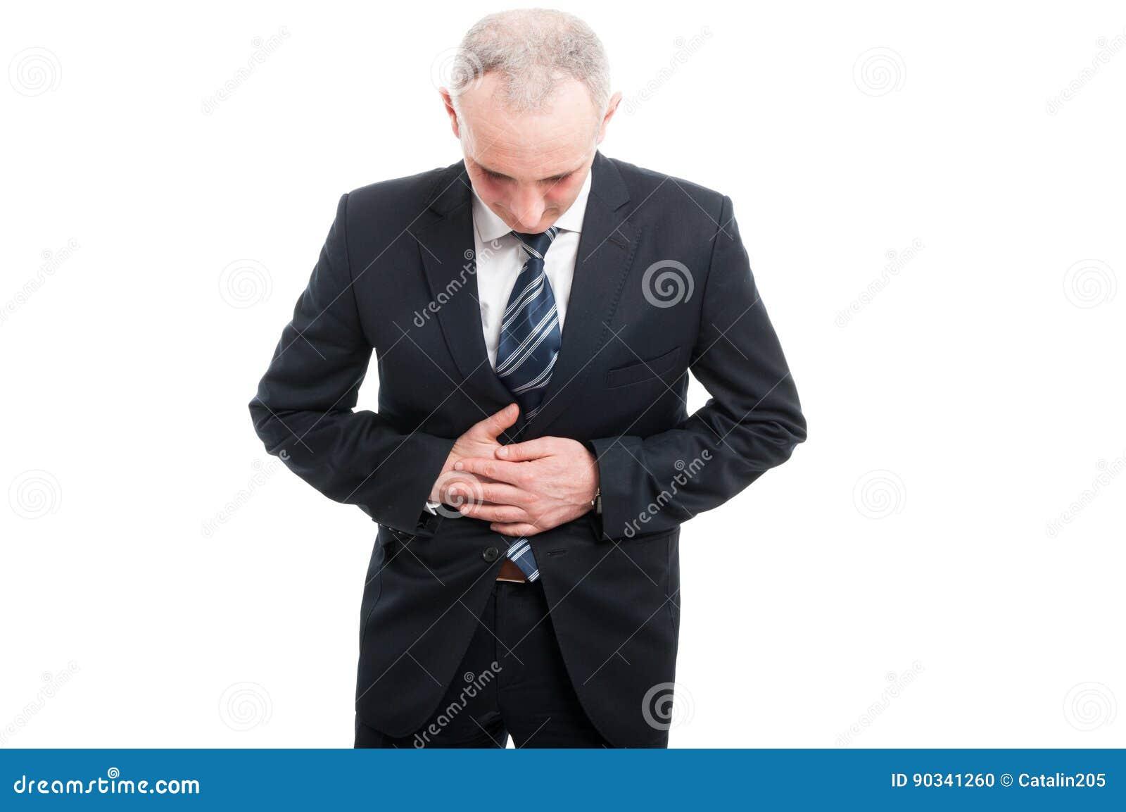 Portret trzyma jego żołądek jak kaleczenie senior