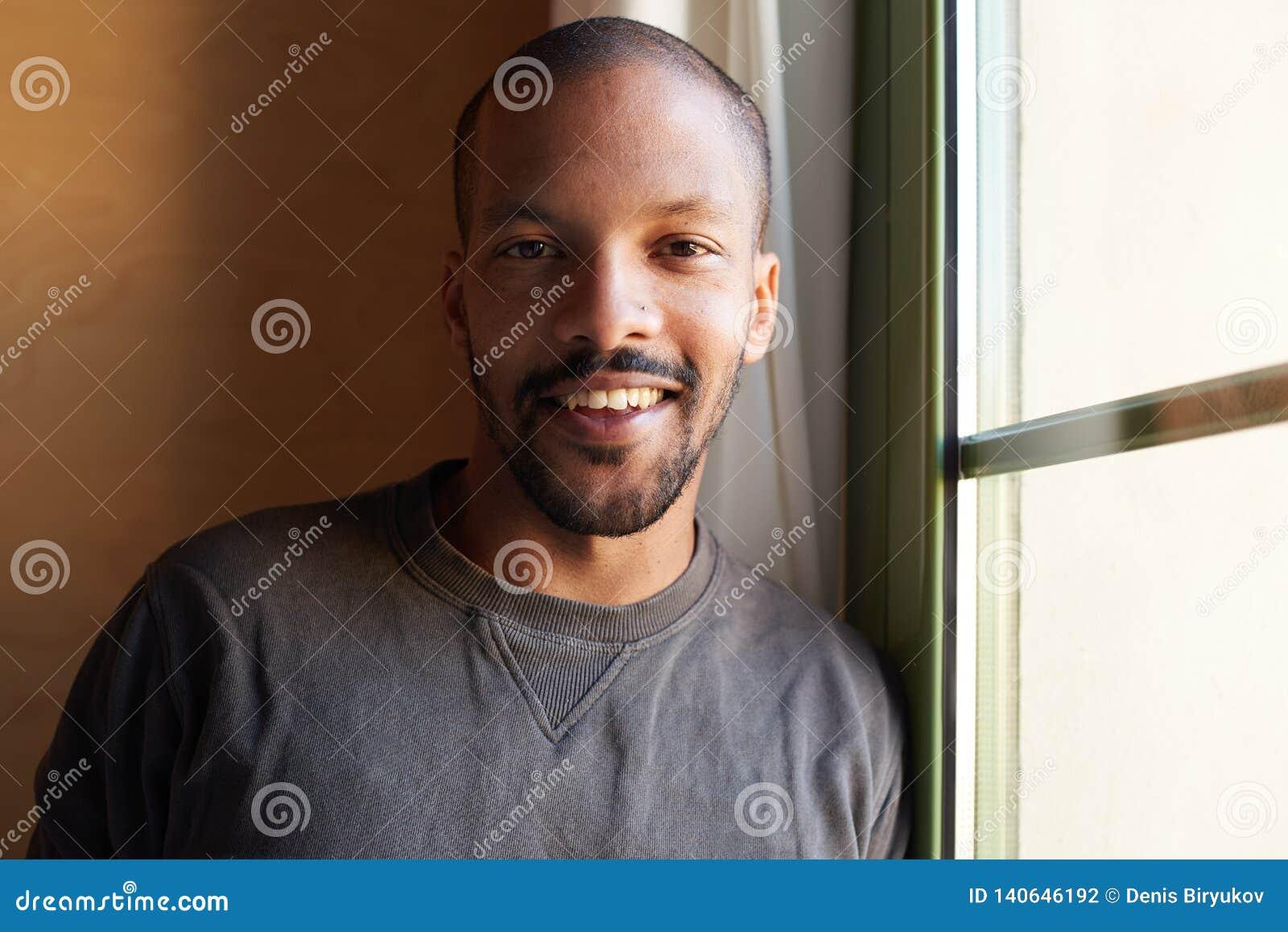 Portret uśmiechnięty brodaty afrykański murzyn horyzontalny