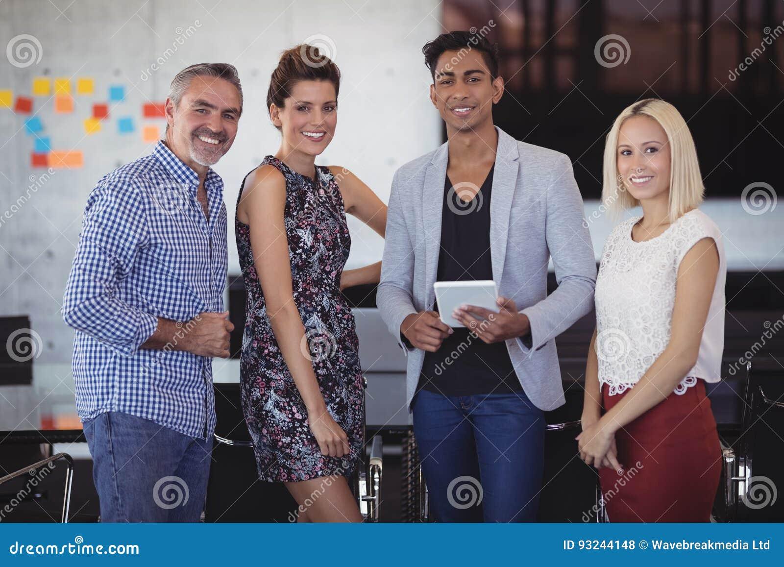 Portret uśmiechnięta biznes drużyny pozycja przy kreatywnie biurem