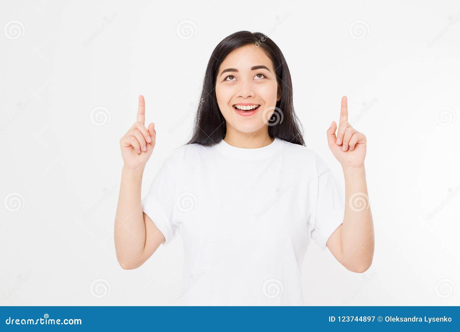 Portret uśmiechnięta młoda azjatykcia kobieta jest ubranym lata t koszula wskazuje przy kopii przestrzenią palcem odizolowywający