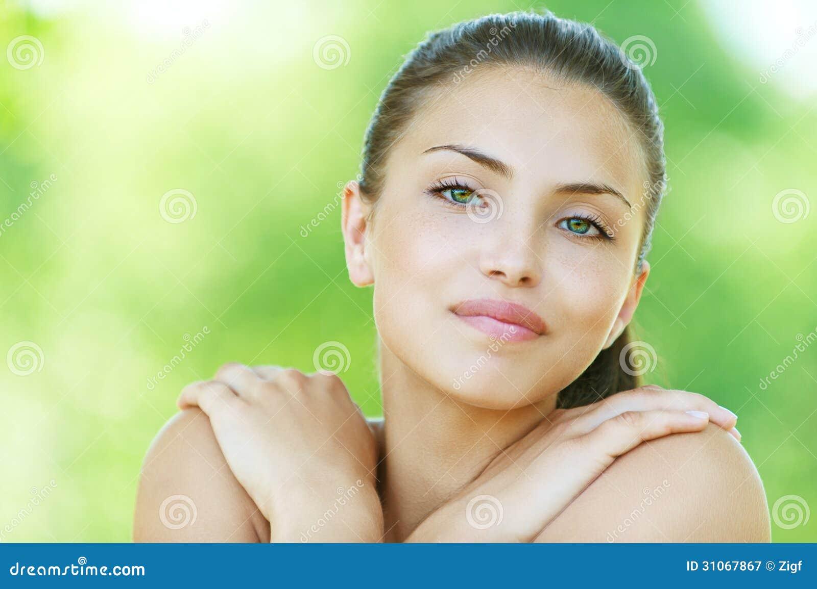 Portret uśmiechnięta młoda kobieta
