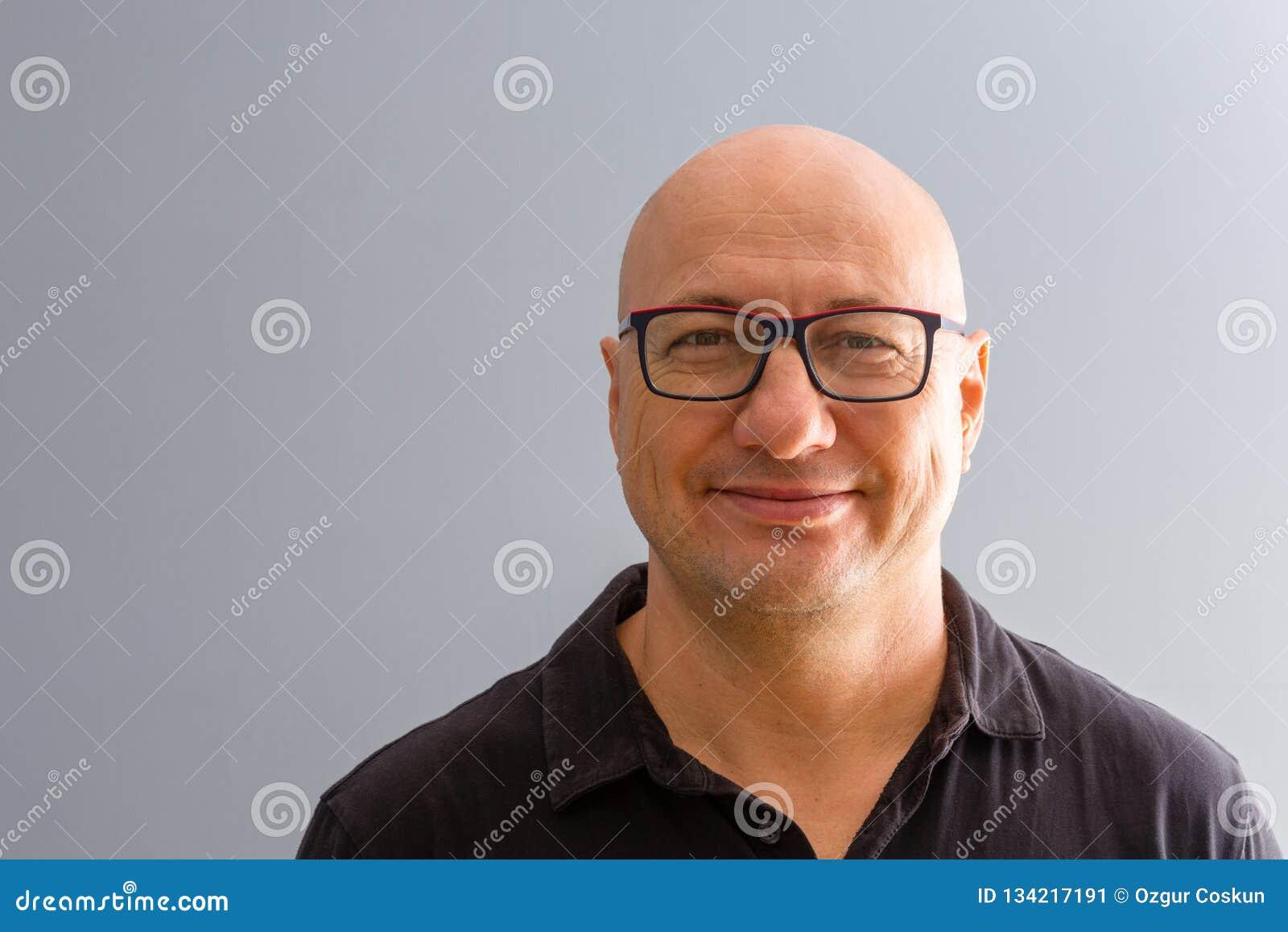 Portret uśmiechnięty śmiały dorosły mężczyzna