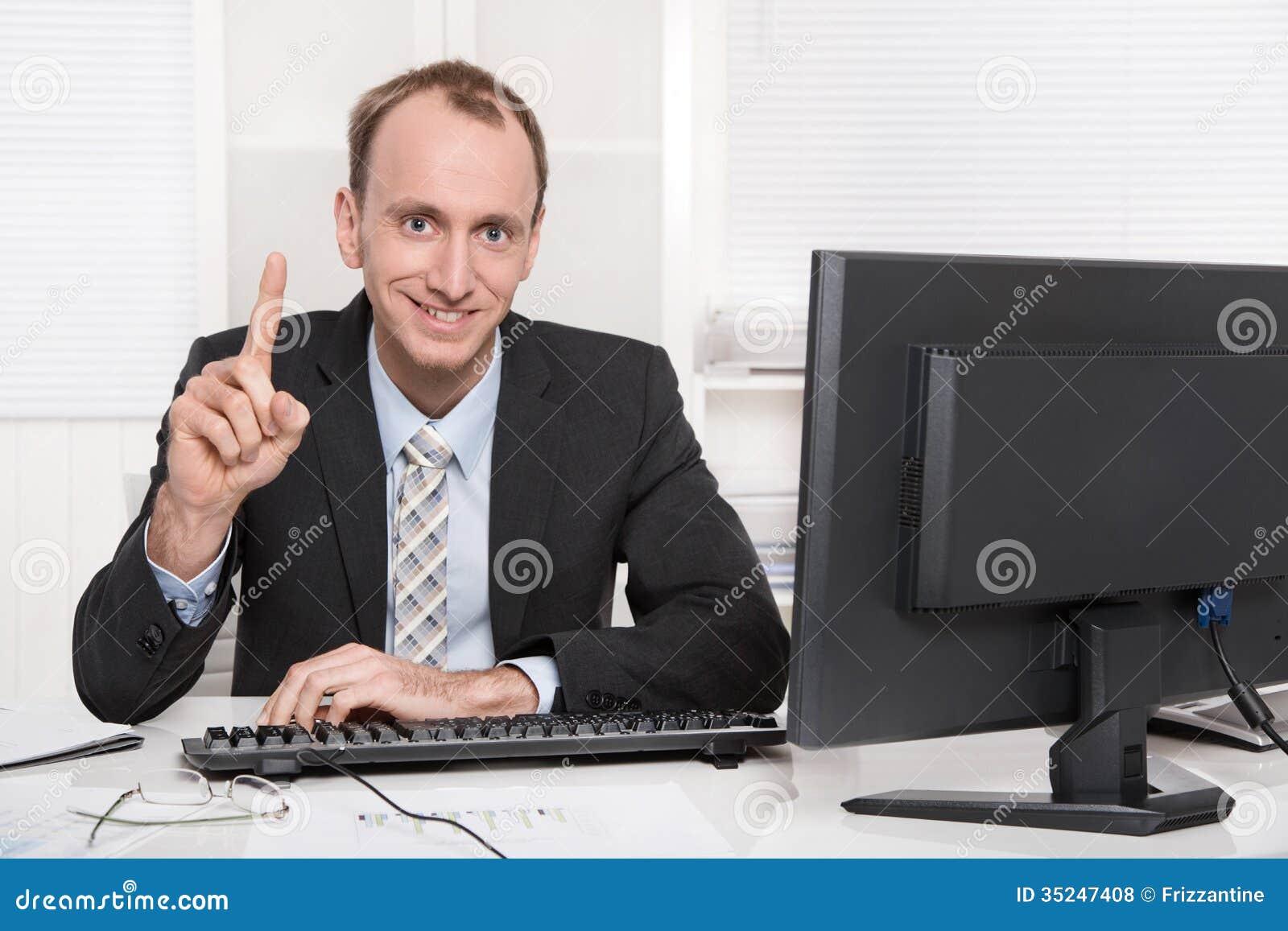 Portret uśmiechnięty biznesmen podnosi up jego palec wskazującego