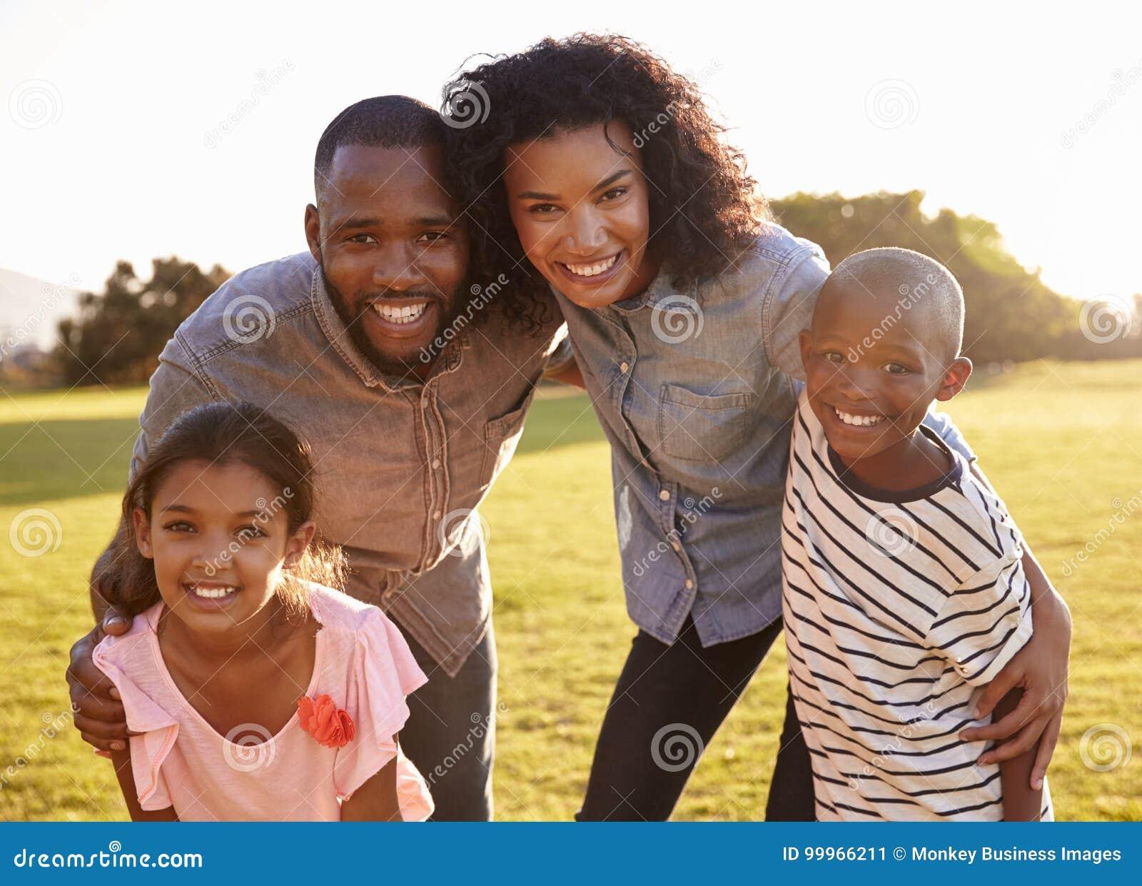 Portret uśmiechnięty czarny rodzinny patrzeć kamera outdoors