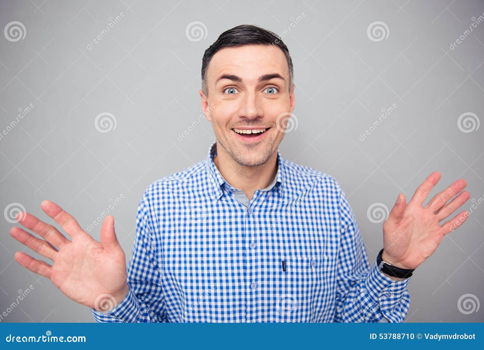 Portret uśmiechnięty mężczyzna patrzeje kamerę