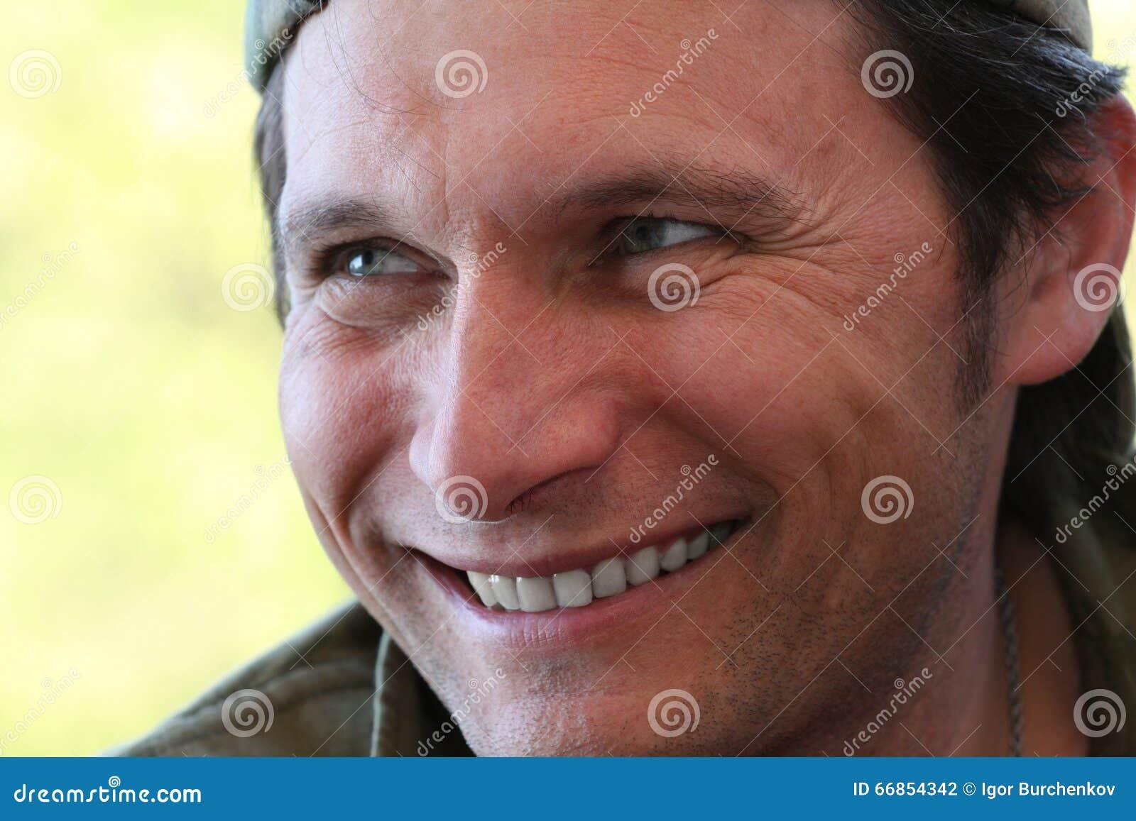 Portret uśmiechnięty mężczyzna zakończenie up