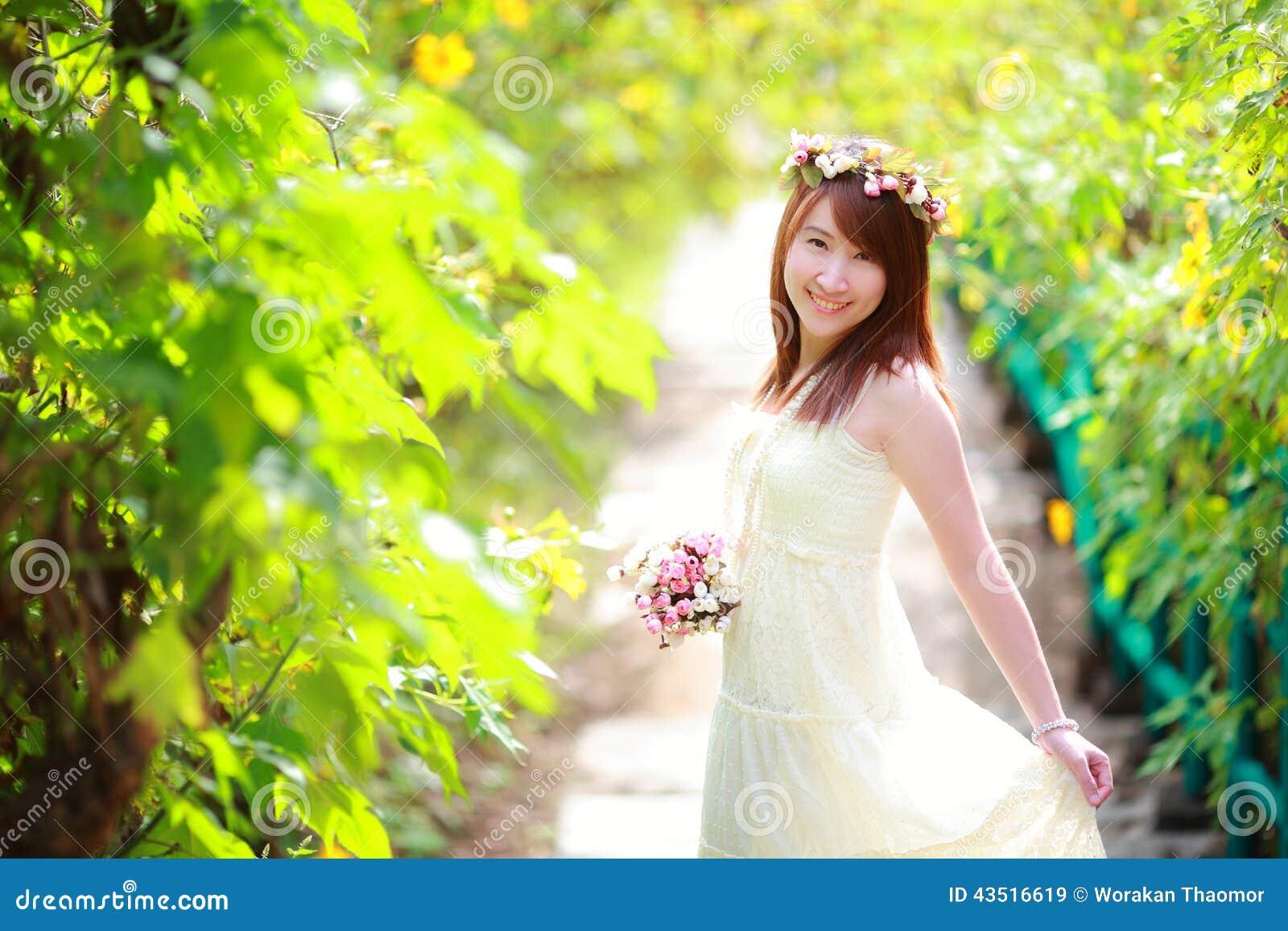 Portret uśmiechnięty piękny panna młoda chwyta bukiet w ona ręki