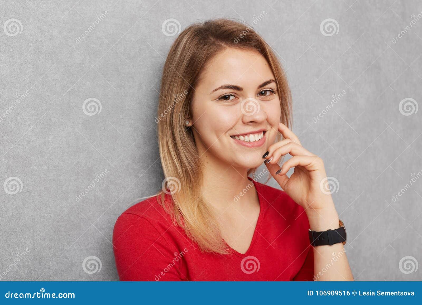 Portret ufna uśmiechnięta piękna kobieta z zdrową czystą skórą, prosty włosy, być uradowany wydawać czas wolnego z przyjaciółmi l