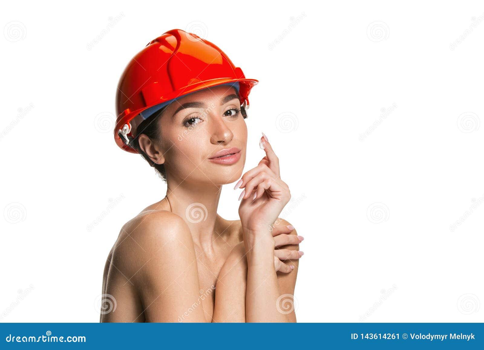 Portret ufny żeński pracownik w pomarańczowym hełmie