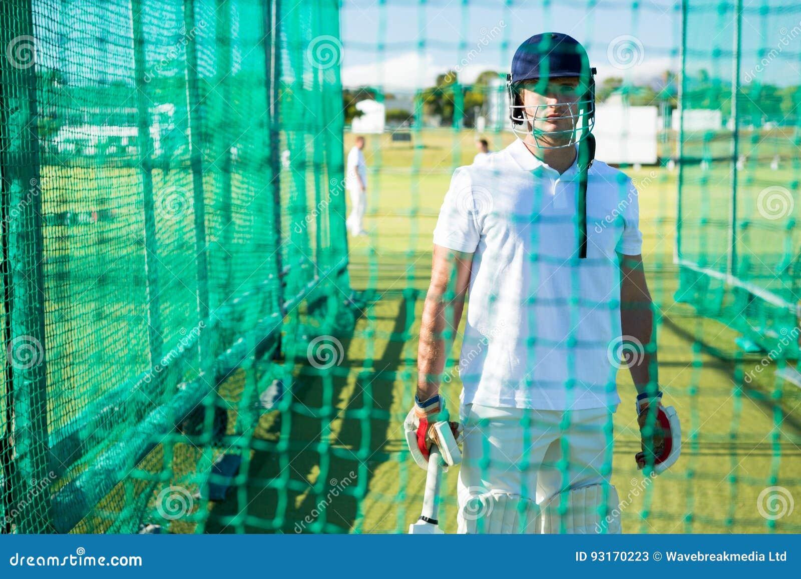 Portret ufny krykieta gracz jest ubranym hełm