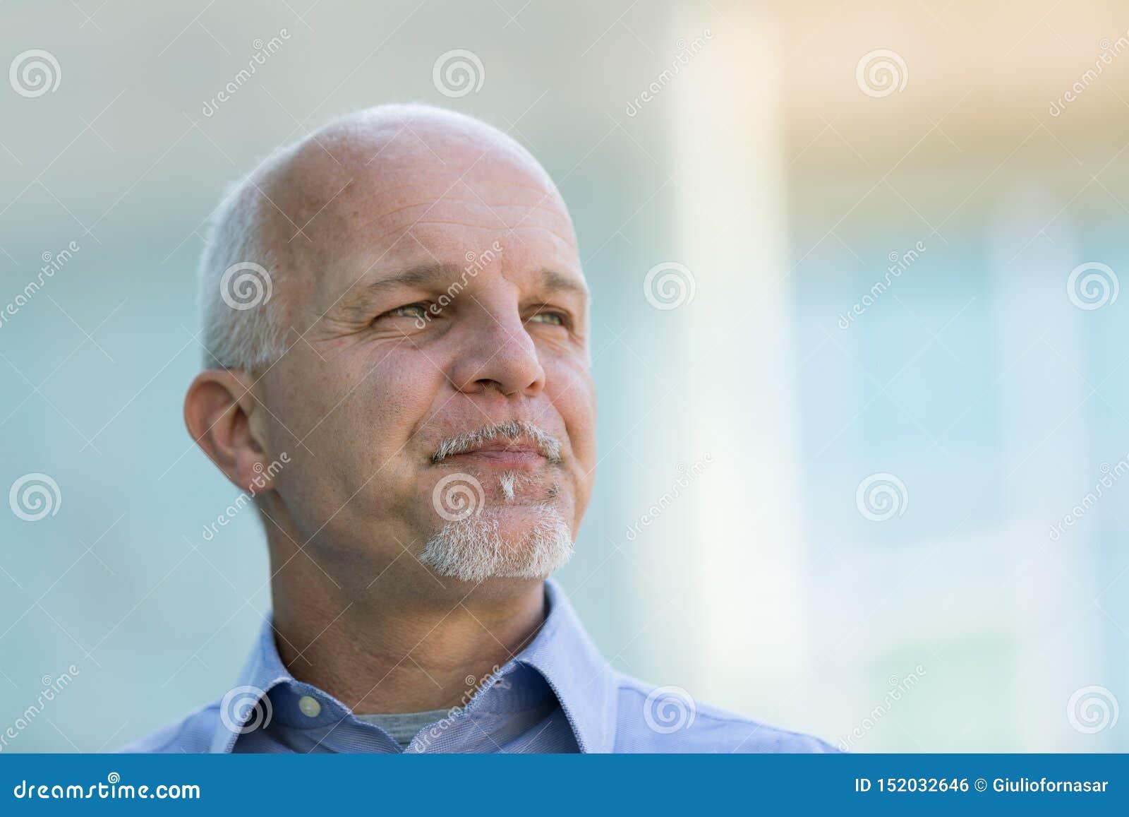 Portret ufny starszy biznesmen