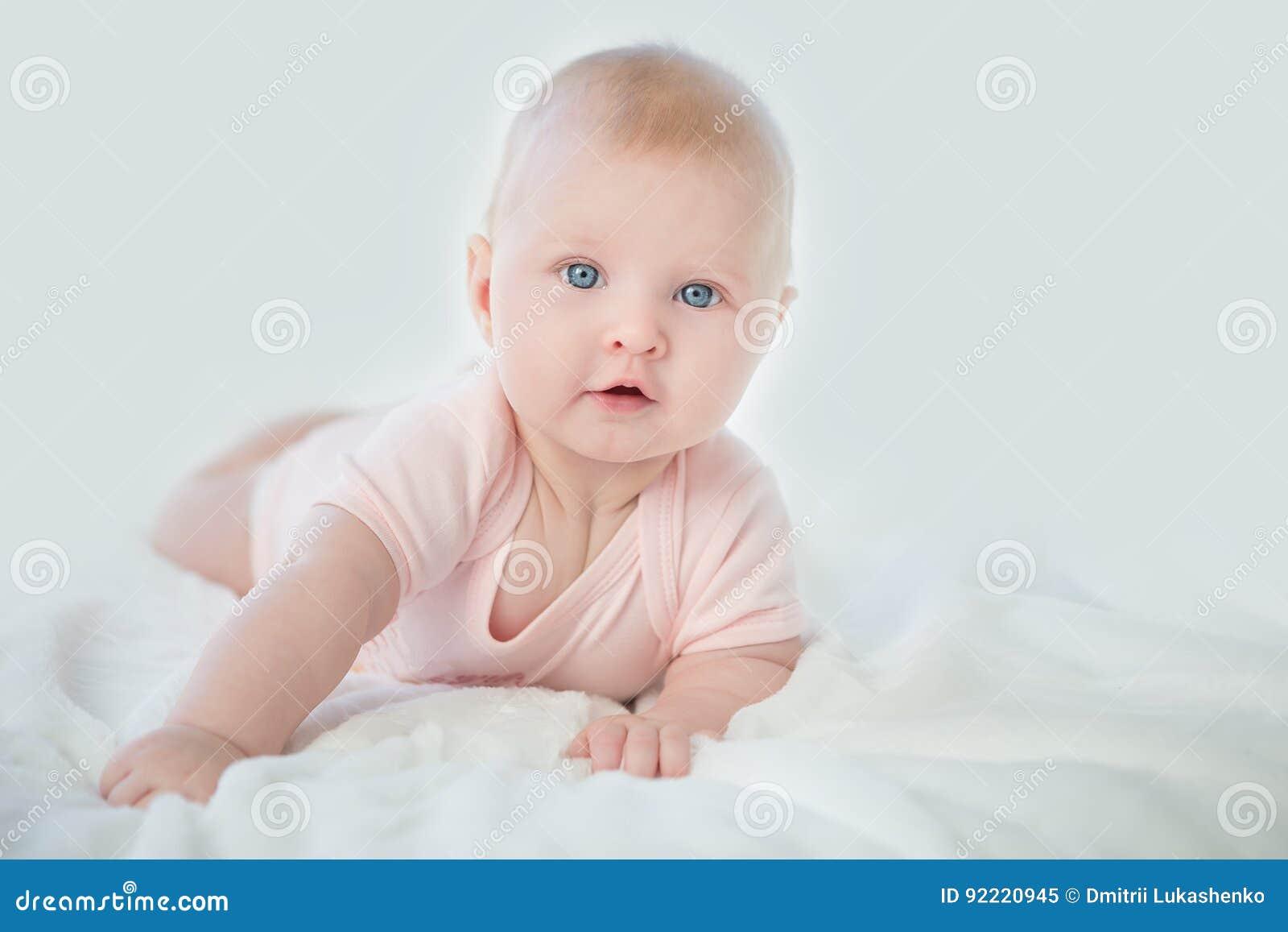 Portret urocza dziewczynka w menchii sukni