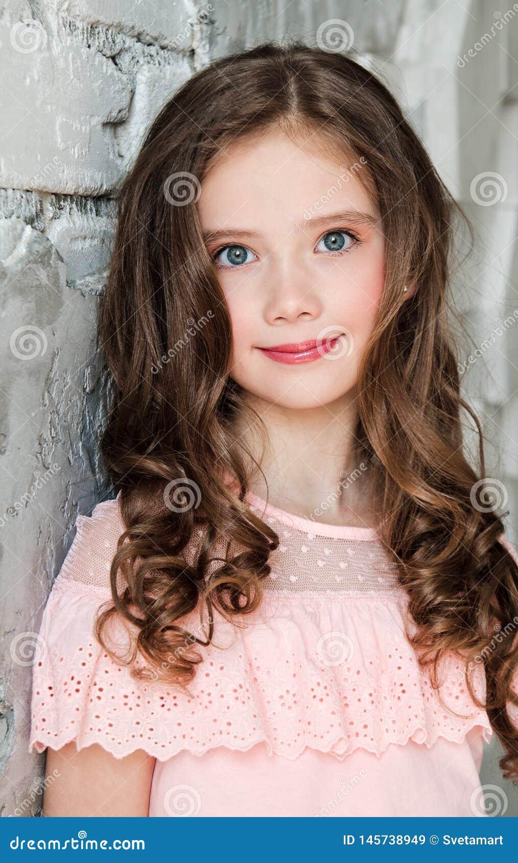 Portret van aanbiddelijk glimlachend bevindend meisjekind